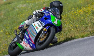 Κάτω από καλό καιρό το Στρατιωτικό αεροδρόμιο της Τρίπολης φιλοξένησε για άλλη μια φορά ένα αγώνα του Πανελληνίου Πρωταθλήματος Ταχύτητας. Στην κορυφαία κατηγορία των Superbike (SBK) o συναγωνισμός των δύο φαβορί, του Σάκη Συνιώρη με την Aprilia RSV4 και του Χάρη Παρασκευόπουλου με την Yamaha R1, κράτησε τους θεατές σε αγωνία μέχρι τα μέσα του Αγώνα που διαρκεί 28 γύρους. Αλληλοπροσπεράσματα έγιναν σε αρκετά σημεία της πίστας, αλλά πάντα ο Συνιώρης διατηρούσε την πρωτοπορία. Στους 10 τελευταίους γύρους φάνηκε πιο δυνατός και σιγά-σιγά έκτισε μια διαφορά ασφαλείας που του έδωσε τη δεύτερη συνεχόμενη νίκη στο φετινό ΠΠΤ. O Άρης Γκιζίνος με την Honda CBR1000RR, μετά από ένα χρόνο αγωνιστικής απουσίας, στα 50 του, επέστρεψε δυναμικός σε μια πίστα που γνωρίζει πολύ καλά και έκανε τη μεγάλη έκπληξη ανεβαίνοντας στο 3ο σκαλί του βάθρου. Ο Αγώνας της Supersport (SSP) είχε αγωνία, σασπένς και μάχες για τις 6 πρώτες θέσεις! Ο μικρότερος οδηγός της κατηγορίας, ο 17χρονος Δημήτρης Καρακώστας με την Honda CBR600RR έστριψε πρώτος στην πρώτη στροφή και έμεινε εκεί μέχρι την πτώση της καρό σημαίας, 26 γύρους αργότερα! Αρχικά ο Μιχάλης Κουτσουμπός πίεσε τον Καρακώστα αλλά αντιμετώπισε πρόβλημα με το ελαστικό του που έχανε αέρα και περιορίστηκε στην 3η θέση. Εντωμεταξύ ο 20χρονος Θεοφάνης Μίχας με την Τriumph Daytona 675, είχε ένα φοβερό ρυθμό έκανε τον ταχύτερο γύρο του Αγώνα στο 57.391 στον 23ο γύρο και έφτασε στη 2η θέση, μόλις δύο δέκατα του δευτερολέπτου πίσω από το νικητή. Πίσω από τους τρεις πρώτους μια άλλη σπουδαία μάχη κράτησε ψηλά το ενδιαφέρον των θεατών, με την Yamaha R6 του Δημήτρη Παπαγγέλου να επικρατεί του εξαιρετικού Γιάννη Τζωρτζόπουλου (Honda CBR600RR) που με τη σειρά του πέρασε τον Σταύρο Τριντή που οδηγεί ίδια μοτοσυκλέτα. Στην διπλή κατηγορία Racing/SS300, o Λέανδρος Ντότσικας δεν δυσκολεύτηκε να κερδίσει και στην Τρίπολη, με την Yamaha TZ250, αφού ο μεγάλος του αντίπαλος ο Γιώργος Κίτσος με την Honda RSW250, αγωνίστηκε με ράμματα στο χέρι και πόνους από τον τρ