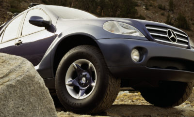 Οff-roader - για καθημερινότητα και περιπέτεια! Έχουν περάσει είκοσι χρόνια από τότε που η Mercedes-Benz παρουσίασε την M-Class στην Τασκαλούζα της Αλαμπάμα (ΗΠΑ). Ακολουθώντας τα ίχνη της θρυλικής G-Class, ο πρόδρομος της σημερινής GLE σηματοδότησε με μεγάλη επιτυχία την είσοδο της μάρκας στην κατηγορία των Sport Utility Vehicle (SUV). Ταυτόχρονα, τα δύο οχήματα αποτέλεσαν τη βάση για το σημερινό, εκτενές χαρτοφυλάκιο προϊόντων της Mercedes-Benz σε αυτή την κατηγορία της αγοράς, το οποίο εκτός από τις G-Class και GLE περιλαμβάνει επίσης τις GLA, GLC και GLS. Εκτός δρόμου, κανένα άλλο αστέρι επιβατικού αυτοκινήτου δεν λάμπει τόσο επιβλητικά όσο της Mercedes-Benz G-Class, η οποία παράγεται από το 1979. Ωστόσο, στις αρχές της δεκαετίας του 1990, η γερμανική εταιρεία αναγνώρισε τις δυνατότητες μίας νέας κατηγορίας στην αγορά των εκτός δρόμου οχημάτων: άνετα, σπορ αυτοκίνητα για αθλητικές δραστηριότητες και αναψυχή, που από τεχνικής άποψης μοιάζουν περισσότερο με επιβατικά αυτοκίνητα. Τα κύρια χαρακτηριστικά αυτού του concept καθορίστηκαν το 1993. Τρία χρόνια αργότερα, η Mercedes-Benz παρουσίασε το πρωτότυπο «AAVision» στην Έκθεση Αυτοκινήτου Βόρειας Αμερικής (NAIAS) στο Ντιτρόιτ. Η ονομασία του concept car παρέπεμπε στην κατηγορία των οχημάτων «All Activity Vehicles» (AAV), τα οποία αργότερα έγιναν ευρέως γνωστά ως «Sport Utility Vehicles» (SUV). Το Μάιο του 1997, πριν από 20 χρόνια, η Mercedes-Benz M-Class, σειρά μοντέλου W 163, έκανε την πρεμιέρα της. Αυτό το SUV με εκτός δρόμου δυνατότητες συνδύαζε τα καλύτερα στοιχεία δύο κόσμων: η τετρακίνηση, η μεγάλη απόσταση από το έδαφος και ο γενναιόδωρος εσωτερικός χώρος αποτελούν σημαντικά χαρακτηριστικά των κλασικών off-road οχημάτων. Παράλληλα, προσέφερε εξαιρετική οδηγική άνεση ακόμη και σε υψηλές ταχύτητες δρόμου, ένα άκρως πολυμορφικό εσωτερικό και αρμονική σχεδίαση. Αυτό που κυρίως αναβάθμισε την άνεση στην M-Class ήταν το υπερσύγχρονο σύστημα ανάρτησης τροχών. Σε αντίθεση με πολλούς ανταγωνιστές της, η W 163 διέθετε 