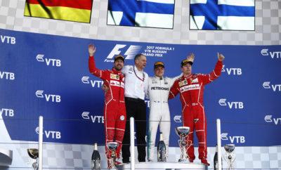 """Το Ρώσικο Grand Prix κερδήθηκε με στρατηγική ενός πιτ στοπ από τον οδηγό της Mercedes, Valtteri Bottas ο οποίος πήρε την παρθενική του νίκη. Σχεδόν όλοι οι οδηγοί ακολούθησαν στρατηγική μιας αλλαγής όπως έχουμε δει πάντοτε να συμβαίνει στο Σότσι. Ο Φινλανδός εκκινούσε 3ος με την πάρα πολύ μαλακή γόμα, έστριψε πρώτος και σταμάτησε για να τοποθετήσει την πολύ μαλακή γόμα, πριν τον βασικό του αντίπαλο: τον οδηγό της Ferrari, Sebastian Vettel. O Vettel έμεινε έξω 6 γύρους περισσότερους και χρησιμοποίησε τα πιο φρέσκα - στο δεύτερο μέρος - ελαστικά για να πιέσει το Μπότας στο φινάλε. Οι οχτώ πρώτοι στην τελική κατάταξη ακολούθησαν στρατηγική πάρα πολύ μαλακής, πολύ μαλακής γόμας. MARIO ISOLA - Επικεφαλής αγώνων αυτοκινήτου """"Το Ρωσικό Grand Prix εξελίχθηκε όπως το περιμέναμε όσον αφορά στη στρατηγική παρά την εμφάνιση του αυτοκινήτου ασφαλείας στην αρχή και τις θερμοκρασίες που ήταν οι υψηλότερες του Σαββατοκύριακου. Καταγράφηκε μια μικρή παραμόρφωση (blistering) στο εμπρός αριστερά ελαστικό για κάποιους οδηγούς κυρίως λόγω της παρατεταμένης στροφής 3, όμως αυτό δεν επηρέασε την απόδοση. Η λεία επιφάνεια του οδοστρώματος είχε ως αποτέλεσμα η πλειοψηφία των αγωνιζόμενων να ακολουθήσει στρατηγική μιας αλλαγής αφού όπως αναμέναμε η πτώση στην απόδοση λόγω θερμικής καταπόνησης (degradation) ήταν χαμηλή. Είδαμε διαφορετικές σκέψεις όσον αφορά το χρονικό σημείο της αλλαγής ελαστικών ειδικά από τους Bottas και Vettel,αυτό μας έδωσε μια συναρπαστική κούρσα μέχρι την καρό σημαία."""" Καλύτερος χρόνος ανά γόμα - Raikkonen 1m36.844s Vettel 1m38.197s - Vettel 1m37.312s Massa 1m38.232s - Bottas 1m37.367s Bottas 1m38.350s Μεγαλύτερη απόσταση ανά γόμα ΓΟΜΑ ΟΔΗΓΟΣ ΓΥΡΟΙ SUPERSOFT Magnussen, Kvyat 30 ULTRASOFT Hulkenberg 40 ΜΕΤΡΗΤΗΣ ΑΛΗΘΕΙΑΣ Η στρατηγική του αγώνα εξελίχθηκε όπως αναμένονταν. Θεωρούσαμε πως η ταχύτερη επιλογή θα ήταν η αλλαγή από την πάρα πολύ μαλακή γόμα στην πολύ μαλακή στον 26ο γύρο. Ο Bottas σταμάτησε στον 28ο γύρο ενώ ο Vettel κρατήθηκε για έξι γύρους ακόμη προτού κάνει"""