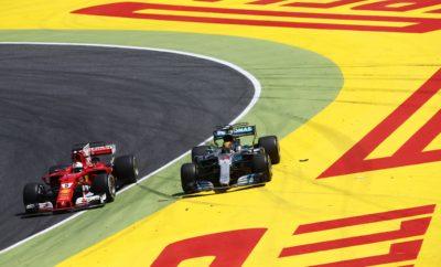 """Ο οδηγός της Mercedes Lewis Hamilton κέρδισε το Ισπανικό Grand Prix μετά από μια αμφίρροπη μάχη με τον οδηγό της Ferrari, Sebastian Vettel. Η μεταξύ τους μονομαχία ήταν τόσο έντονη που οι δυο τους ακούμπησαν μετά το τελευταίο πιτ στοπ. Αμφότεροι σταμάτησαν δυο φορές μετά την εκκίνηση που έγινε με τη μαλακή γόμα. Όμως ο Hamilton χρησιμοποίησε στο μεσαίο μέρος του αγώνα τη μέση γόμα και τερμάτισε με τη μαλακή γόμα, ενώ ο Vettel συνέχισε στο μεσαίο μέρος του αγώνα με τη μαλακή γόμα και έβαλε τη μέση στο τελευταίο μέρος. Πάλεψαν σκληρά και οι δυο τόσο στην πίστα όσο και στα πιτ με τις διαφορετικές στρατηγικές και τελικά τερμάτισαν τον αγώνα όπως εκκίνησαν. Οι συνθήκες παρέμειναν ζεστές και χωρίς υγρασία με τη θερμοκρασία οδοστρώματος να φτάνει τους 43 βαθμούς Κελσίου. Μόνο τρεις οδηγοί εκκίνησαν τον αγώνα με τη μέση γόμα. Ο οδηγός της Toro Rosso, Daniil Kvyat ακολούθησε στρατηγική, μέση/μαλακή/μαλακή γόμα και τερμάτισε στους βαθμούς παρότι εκκίνησε από την τελευταία σειρά. Ο Pascal Wehrlein πήρε βαθμούς για λογαριασμό της Sauber, τερματίζοντας 8ος (με ποινή 5 sec) πραγματοποιώντας μια αλλαγή και χρησιμοποιώντας σχεδόν για την ίδια απόσταση τη μαλακή και τη μέση γόμα. MARIO ISOLA – ΕΠΙΚΕΦΑΛΗΣ ΑΓΩΝΩΝ ΑΥΤΟΚΙΝΗΤΟΥ """"Ο Hamilton πήρε τη νίκη χάρη στη μειωμένη πτώση λόγω θερμικής καταπόνησης και τη δυνατή συμπεριφορά της μεσαίας γόμας που χρησιμοποίησε στο δεύτερο μέρος αγώνα. Την ίδια στρατηγική ακολούθησε και ο Ντάνιελ Ρικιάρντο που τερμάτισε 3ος. Η θερμική πτώση απόδοσης και η φθορά κρατήθηκαν χαμηλά παρά τις υψηλές θερμοκρασίες οδοστρώματος. Αυτό φαίνεται ξεκάθαρα στον ταχύτερο γύρο που πέτυχε ο Hamilton μόλις δυο γύρους πριν το τέλος. Ο χρόνος αυτός είναι 3.4 ταχύτερος από τον αντίστοιχο περσινό. ΤΑΧΥΤΕΡΟΣ ΧΡΟΝΟΣ ΑΝΑ ΓΟΜΑ - Vettel 1m 23.674s Hamilton 1m 23.593s - Bottas 1m 24.696s Ricciardo 1m 23.686s - Hamilton 1m 25.286s Alonso 1m 23.894s ΜΕΓΑΛΥΤΕΡΗ ΑΠΟΣΤΑΣΗ ΑΝΑ ΓΟΜΑ ΣΤΟΝ ΑΓΩΝΑ ΓΟΜΑ ΟΔΗΓΟΣ ΓΥΡΟΙ MEΣΗ Ericsson, Hulkenberg, Wehrlein 32 ΜΑΛΑΚΗ Wehrlein 33 ΜΕΤΡΗΤΗΣ ΑΛΗΘΕΙΑΣ """