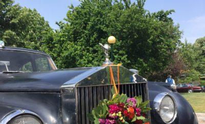 Με την συμμετοχή 95 πανέμορφων ιστορικών αυτοκινήτων ηλικίας από 30-100 ετών και με μεγάλο ενθουσιασμό ολοκληρώθηκε την Δευτέρα 1 Μαΐου η εκδήλωση «12ος Γύρος Κηφισιάς Αντίκες & Λουλούδια 2017» στην πλατεία Πολιτείας για τον χαιρετισμό της άνοιξης. Ο Δήμαρχος Κηφισιάς Γιώργος Θωμάκος και η Πρόεδρος της Ανθοκομικής Έκθεσης κα Κλεοπάτρα Χατζοπούλου υποδέχτηκαν τους συμμετέχοντες με τα καλοδιατηρημένα αυτοκίνητα – αντίκες. Στις 12:30 δόθηκε η εκκίνηση των οχημάτων από την Πλατεία Πολιτείας στολισμένα με το πατροπαράδοτο «στεφάνι» του Μάη, προσφορά της Ανθοκομικής Έκθεσης και διανύοντας μια διαδρομή περίπου 15 χλμ. κατέληξαν και πάλι στην Πλατεία Πολιτείας για γεύμα στο CeΛΛine Cafe. Θερμές ευχαριστίες στους Χορηγούς της εκδήλωσης ΛΑΔΑΚΗΣ Ι. Α.Ε. και Ανθοκομική Έκθεση όπως επίσης και στους Υποστηρικτές CeΛΛine Cafe και Δήμος Κηφισιάς. Θερμές ευχαριστίες και στους Χορηγούς επικοινωνίας Automania, EΡΤ, ΕΡΑ ΣΠΟΡ, Επικοινωνία 94FM και Αυτοκίνηση 100,3FM.
