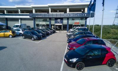"""Οι πρωταθλητές της Peugeot ξεκινούν περιοδεία σε όλη την Ελλάδα Όλα τα νέα μοντέλα της Peugeot αλλά και προσεκτικά επιλεγμένα - εγγυημένα μεταχειρισμένα Peugeot, θα ταξιδέψουν σε όλη την Ελλάδα για να βρεθούν κοντά στους υποψήφιους πελάτες τους! Από τις 31 Μαίου μέχρι το τέλος της χρονιάς, το PEUGEOT CHAMPIONS TOUR θα γυρίσει όλη την Ελλάδα και θα δώσει στο κοινό την δυνατότητα να δει από κοντά όλα τα μοντέλα της γαλλικής εταιρίας που αποτελεί συνώνυμο της πολυτέλειας και της άνεσης και που οι οδηγοί επιβράβευσαν με εντυπωσιακές πωλήσεις στην Ελλάδα και παγκοσμίως. Οι ενδιαφερόμενοι που θα βρεθούν στην πόλη των διανομέων της Peugeot κατά την διάρκεια του Peugeot Champions Tour, θα δούν από κοντά και θα οδηγήσουν τα νέα PEUGEOT 108, 208, 308, 508, 2008 και φυσικά, το 'Αυτοκίνητο της Χρονιάς 2017', SUV PEUGEOT 3008 που έκανε την έκπληξη στην κατηγορία του. Επιλέον, θα έχουν την δυνατότητα να απολαύσουν τις σπορ εκδόσεις 208 και 308 GTi by Peugeot Sport, καθώς και τις πολυτελείς εκδόσεις 308 και 508 GT 2.0 BlueHDi 180hp. H γκάμα των επαγγελματικών αυτοκινήτων της Peugeot δεν θα μπορούσε να λείπει με τα 208 Pro, Bipper, Partner, Expert και Boxer να δηλώνουν το παρόν σε όλη την Ελληνική επικράτεια! Εγγυημένα Μεταχειρισμένα Οι εκπλήξεις όμως δεν σταματούν εδώ γιατί στο ταξίδι των πρωταθλητών της PEUGEOT ανά την Ελλάδα, θα βρίσκονται προς πώληση πολλά, προσεκτικά επιλεγμένα και εγγυημένα μεταχειρισμένα σαν καινούρια, με την σφραγίδα της ελληνικής αντιπροσωπείας. Εξειδικευμένη Υποστήριξη από τους Peugeot Champions Αφού οι επισκέπτες απολαύσουν την εμπειρία οδήγησης ενός νέου ή μεταχειρισμένου PEUGEOT, το εξειδικευμένο προσωπικό της εταιρίας θα είναι διαθέσιμο για να την επιλογή του κατάλληλου μοντέλου της Peugeot αλλά και για την διαμόρφωση ενός προγράμματος απόκτησης που θα ταιριάζει απόλυτα στις δυνατότητές τους για μία εμπειρία αγοράς χωρίς άγχος. Πρώτος σταθμός για το """"Peugeot Champions Tour"""" είναι η πόλη της Λαμίας, με την συμμετοχή του επίσημου διανομέα της μάρκας, Pe"""