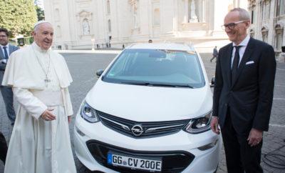 Ο Πάπας Παραλαμβάνει το Opel Ampera-e: Το Πρώτο Βήμα για ένα Βατικανό Χωρίς Εκπομπές Διοξειδίου του Άνθρακα