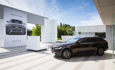 Αντιπρόεδρος της Volvo Cars ομιλητής στο συνέδριο ηγεσίας της ΕΑΣΕ Ο κ. Άντερς Γκούσταφσσον (Anders Gustafsson), ανώτερος αντιπρόεδρος ΕΜΕΑ της Volvo Cars, ήταν από τους κεντρικούς ομιλητές στο ετήσιο συνέδριο ηγεσίας της ΕΑΣΕ (Ένωση Ανωτάτων Στελεχών Επιχειρήσεων), που διεξήχθη την προηγούμενη εβδομάδα, με μεγάλο χορηγό τη Volvo. Το εφετινό, 28ο συνέδριο της ΕΑΣΕ σημείωσε μεγάλη επιτυχία, με περισσότερους από 500 πρόεδρους, εκτελεστικούς διευθυντές ή διευθύνοντες σύμβουλους και ανώτατα στελέχη εταιρειών να παρακολουθούν τις εργασίες του. Το συνέδριο είχε τίτλο «Αμφιδέξιος Ηγέτης σε ένα Παράδοξο Κόσμο» και ήταν αφιερωμένο στην Αμφιδεξιότητα που πρέπει να διακρίνει το σύγχρονο ηγέτη για να είναι αποτελεσματικός και να αντιμετωπίζει με επιτυχία τα παράδοξα στην καθημερινότητα του οργανισμού που διευθύνει. Στην παρουσίασή του, ο αντιπρόεδρος της Volvo Cars αναφέρθηκε στο πώς μπορεί ο ηγέτης να δημιουργήσει κουλτούρα αμφιδεξιότητας σε έναν οργανισμό, παρουσιάζοντας παραδείγματα μέσα από τον κόσμο της Volvo. Ανέδειξε με την ομιλία του την αξία του ανθρώπινου δυναμικού για μία εταιρεία. Όπως χαρακτηριστικά τόνισε «η δύναμη των εταιρειών είναι οι άνθρωποί τους και όταν αυτοί λειτουργούν ως ομάδα η δύναμη αυτή δεν αθροίζεται αλλά πολλαπλασιάζεται. Στη διαδικασία αυτή ο ρόλος του ηγέτη, ο οποίος καλείται να εμπνεύσει, να κατευθύνει και να οργανώσει την ομάδα του, είναι καταλυτικός». Σε άλλο σημείο της παρουσίασής του ο κ. Γκούσταφσσον τόνισε ότι «στόχος του ηγέτη είναι να δημιουργήσει το κατάλληλο περιβάλλον ώστε τα μέλη της ομάδας να πάρουν τη σωστή απόφαση, τη σωστή στιγμή. Όλα είναι θέμα κουλτούρας η οποία ενθαρρύνει τη διαφάνεια και δίνει στα μέλη της εταιρείας την άνεση να είναι δημιουργικά και να νιώθουν άνετα ακόμα και να αμφισβητήσουν καταστάσεις όταν θεωρούν ότι δεν είναι σωστές. Τελικά, το πάθος για ποιότητα, για ικανοποίηση του πελάτη, η ευθύνη απέναντι στη μάρκα και το κοινωνικό σύνολο, δεν είναι κάτι που επιβάλλεται αλλά καλλιεργείται στα μέλη της ομάδας ως μία 