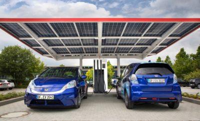 Ο πιο προηγμένος δημόσιος σταθμός φόρτισης ηλεκτρικών οχημάτων στην Ευρώπη άνοιξε στη Honda R&D Europe • Προηγμένη τεχνολογία 940V επιτρέπει τη φόρτιση έως τεσσάρων αυτοκινήτων • Το σύστημα προσφέρει ισχύ φόρτισης έως και 150kW σε τέσσερα οχήματα ταυτόχρονα • Τεχνολογικά προηγμένος για να υποστηρίξει τις μελλοντικές, εξελιγμένες γενιές ηλεκτρικών οχημάτων • Δημόσιος σταθμός φόρτισης θα χρησιμοποιείται από τη Honda για εσωτερικές έρευνες • Προγραμματίζεται ενσωμάτωση της διαδικασίας παραγωγής υδρογόνου σε σταθμό ανεφοδιασμού Ο πιο προηγμένος Ευρωπαϊκός σταθμός δημόσιας φόρτισης για plug-in οχήματα άνοιξε από τη Honda στις R&D εγκαταστάσεις της στο Offenbach της Γερμανίας. Ο σταθμός χρησιμοποιεί προηγμένη τεχνολογία 940V, που επιτρέπει την ταυτόχρονη φόρτιση μέχρι τεσσάρων οχημάτων με διαφορετικούς τύπους φίσας. Ο δημόσιος σταθμός φόρτισης λειτουργεί με ανανεώσιμες πηγές ενέργειας, μεταξύ των οποίων ένα φωτοβολταϊκό σκέπαστρο. Με τάση 940V προσφέρει έως και 150kW σε τέσσερις φίσες. Ο σταθμός φόρτισης θα λειτουργήσει από τη Honda R&D Europe και είναι τεχνολογικά προηγμένος ώστε να χρησιμοποιείται από μελλοντικές γενιές ηλεκτρικών οχημάτων. Ενώ ο σταθμός μπορεί να χρησιμοποιείται από σημερινά μοντέλα plug-in αυτοκινήτων, vans, ποδηλάτων ή σκούτερ, η μέγιστη τάση έχει επιλεχθεί για να ανταποκρίνεται στις απαιτήσεις μελλοντικών οχημάτων που δεν έχουν δημιουργηθεί ακόμα. Η επένδυση της Honda R&D Europe στο σταθμό φόρτισης αποτελεί τμήμα του ερευνητικού project 'Smart Company' στην πόλη Offenbach, που έχει στόχο την ανάπτυξη πιο ευφυών και αποδοτικών τρόπων χρήσης των πηγών ενέργειας. Η δυνατότητα τάσης 940V θα προσφέρει νέες ευκαιρίες στην εσωτερική έρευνα της Honda στον τομέα της ηλεκτρικής μετακίνησης, σύμφωνα με την στρατηγική της 'Electric Vision' που ανακοινώθηκε πρόσφατα. Σε επόμενη φάση του ερευνητικού project, η Honda R&D Europe σκοπεύει να εγκαταστήσει ένα νέο σταθμό ανεφοδιασμού υδρογόνου με ενσωματωμένη παραγωγή υδρογόνου στις εγκαταστάσεις του Offenbach. Όπως κ