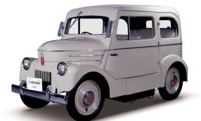 """Nissan: Στην """"πρίζα"""" από το 1947 ! Μια σύντομη ιστορική αναδρομή στις """"ρίζες"""" της ηλεκτροκίνησης από τη Nissan, αποδεικνύει πως η επιτυχία του σημερινού ηλεκτροκινήτου LEAF, μόνο τυχαία δεν πρέπει να θεωρηθεί… Τη δεκαετία του '40, με την λήξη του Β΄ παγκοσμίου πολέμου, η Tachikawa Aircraft (που μετέπειτα έγινε Tama Cars Co.) ξεκίνησε την ανάπτυξη ηλεκτρικών οχημάτων. Αφορμή γι' αυτό ήταν η μεγάλη έλλειψη βενζίνης εκείνη την εποχή. Έτσι το 1947, η εταιρεία κατάφερε να δημιουργήσει ένα πρωτότυπο φορτηγό 2 θέσεων (και με δυνατότητα μεταφοράς φορτίου 500 κιλών) με κινητήρα 4,5 ίππων και νέο σχεδιασμό αμαξώματος. Το εν λόγω όχημα ήταν το """"Tama"""", παίρνοντας το όνομά του από την ομώνυμη περιοχή στην οποία γινόταν η κατασκευή του. Η τελική ταχύτητά του ήταν 34 χλμ/ώρα. Στη συνέχεια, η εταιρεία δημιούργησε το πρώτο της επιβατικό αυτοκίνητο. Με δύο πόρτες και καθίσματα για τέσσερις επιβάτες, το όχημα αυτό μπορούσε να αναπτύξει την μέγιστη ταχύτητα των 35 χλμ /ώρα, διανύοντας μια απόσταση 65 χλμ με μια μόνο φόρτιση. Ο πρώην κατασκευαστής αεροσκαφών είχε αναπτύξει πολλές, καινοτόμες ιδέες, αναφορικά με τον σχεδιασμό και την κατασκευή του Tama, όπως για παράδειγμα για τις συστοιχίες των συσσωρευτών του. Συγκεκριμένα, ο χώρος των μπαταριών βρισκόταν σε """"διαμέρισμα"""" – θάλαμο, στο δάπεδο του ηλεκτροκίνητου Tama. Υπήρχαν δύο τέτοια """"διαμερίσματα"""", ένα σε κάθε πλευρά. Κάθε θήκη μπαταρίας είχε κυλίνδρους έτσι ώστε οι χρησιμοποιημένες μπαταρίες να μπορούν να βγαίνουν και να αλλάζονται γρήγορα με αντίστοιχες φορτισμένες. Χάρη σε αυτή την τεχνολογία, το Tama πήρε την πρώτη θέση στις σχετικές δοκιμές απόδοσης του Υπουργείου Εμπορίου και Βιομηχανίας της Ιαπωνίας, το 1948. Το Tama παρήχθη τόσο ως επιβατικό όσο και ως φορτηγό, σε βενζινοκίνητες και ηλεκτροκίνητες εκδόσεις. Τον Ιούνιο του 1948, η Tachikawa Aircraft άλλαξε το όνομά της σε Tama Cars Co. Υπό την """"σκέπη"""" της παρήχθησαν τα επιβατικά μοντέλα Tama Junior (1948) και Tama Senior (1949). Το 1952, η εταιρεία μετονομάστηκε σε Prince Moto"""