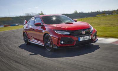 • Συνεχίζει την παράδοση της Honda στα hatchback υψηλών επιδόσεων • Άκαμπτο πλαίσιο με προηγμένα συστήματα προσαρμοζόμενης ανάρτησης και διεύθυνσης • Το πιο γρήγορο και με την καλύτερη επιτάχυνση όχημα στην κατηγορία • Νέα, κατ' επιλογή προγράμματα οδήγησης προσφέρουν απαράμιλλη χρηστικότητα • Παράλληλη εξέλιξη με το στάνταρ Civic hatchback, με αμοιβαία οφέλη για τη δυναμική συμπεριφορά και των δύο οχημάτων Το νέο Honda Civic Type R έχει κατασκευαστεί εξ αρχής για να προσφέρει την πιο απολαυστική οδηγική εμπειρία στην κατηγορία hot hatch– στο δρόμο και στην πίστα. Βασισμένο σε εντελώς νέες σχεδιαστικές αρχές , το Type R εξελίχθηκε παράλληλα με το νέο, στάνταρ μοντέλο Civic hatchback, με αμοιβαία οφέλη για τη δυναμική συμπεριφορά και την πολιτισμένη λειτουργία και των δύο εκδόσεων. Συνεχίζει την κληρονομιά της οικογένειας μοντέλων hatchback υψηλών επιδόσεων της Honda, συνδυάζοντας τη γνήσια δυναμική της εμπρόσθιας κίνησης (FWD) με εντυπωσιακή σχεδίαση και μελετημένη αεροδυναμική. Ένα νέο βολάν μονής μάζας σε συνδυασμό με το 'στρωτό' εξατάχυτο μηχανικό κιβώτιο μειώνει την αδράνεια του συμπλέκτη κατά 25%, και συνδυάζεται με μικρότερη τελική σχέση μετάδοσης κατά 7% για βελτιωμένη απόκριση κατά την επιτάχυνση. Η λειτουργία συγχρονισμού στροφών κινητήρα-κιβωτίου εξαφανίζει τους κραδασμούς κατά τις αλλαγές λόγω μεγάλης διαφοράς στροφών, ενώ απογειώνει την απόλαυση της οδήγησης ενός σπορ αυτοκινήτου με μηχανικό κιβώτιο. Ένα ελαφρύ, άκαμπτο αμάξωμα – προϊόν καινοτόμων, νέων τεχνικών σχεδιασμού & κατασκευής – συμπληρώνει το χαμηλότερο κέντρο βάρους και το νέο, προηγμένο σύστημα ανάρτησης, συμβάλλοντας στη δυναμική συμπεριφορά του οχήματος. Το προηγμένο σύστημα εμπρός ανάρτησης με γόνατα διπλού άξονα - Dual-Axis Strut μειώνει τη ροπή διεύθυνσης κατά την επιτάχυνση, βελτιώνει το στρίψιμο στο όριο και την αίσθηση του τιμονιού. Η νέα πίσω ανάρτηση πολλαπλών συνδέσμων του Type R βελτιώνει την οδηγική άνεση και την ευστάθεια στις υψηλές ταχύτητες. Το σύστημα διεύθυνσης – κρεμαγιέρα