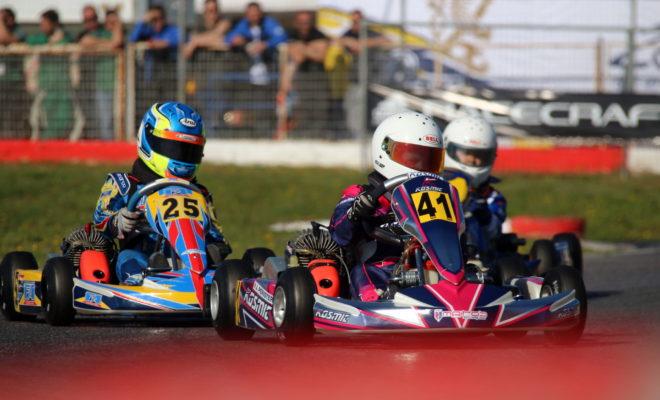 """4ος γύρος: Με 36 συμμετοχές Επιστροφή στην Αττική για το Πανελλήνιο Πρωτάθλημα Karting, με τον 4ο γύρο του θεσμού να φιλοξενείται στο Kartodromo Αφιδνών την Κυριακή 25 Ιουνίου! Σε γνώριμα λημέρια επιστρέφουν οι αθλητές του Πανελλήνιου Πρωταθλήματος Karting 2017, καθώς ο 4ος και προτελευταίος γύρος του θεσμού θα διεξαχθεί, την Κυριακή 25 Ιουνίου, στην πίστα καρτ Αφιδνών """"Kartodromo"""". Τη διοργάνωση του αγώνα έχει αναλάβει, όπως σε κάθε αγώνα του Πρωταθλήματος, το Αθλητικό Σωματείο """"Ελληνική Λέσχη Αυτοκινήτου Δυτικής Αττικής"""" (ΕΛ.Λ.Α.Δ.Α.), σε συνεργασία με την Επιτροπή Karting της ΟΜΑΕ. Υπενθυμίζεται, πως οι δύο τελευταίες συναντήσεις της χρονιάς έχουν αυξημένο συντελεστή σε επίπεδο βαθμολογίας, καθώς στόχος είναι να διατηρηθεί το ενδιαφέρον αναλλοίωτο μέχρι και τον τελευταίο αγώνα, γεγονός που πέρυσι επιτεύχθηκε. Στο Kartodromo λοιπόν, την πίστα μήκους 1090 μέτρων που είναι γνωστή στην συντριπτική πλειοψηφία των οδηγών, ο συναγωνισμός αναμένεται έντονος και το θέαμα όμορφο. Οι συμμετέχοντες αθλητές θα χωριστούν για ακόμη μια φορά σε επιμέρους Κατηγορίες (60 Mini A, 60 Mini B, Junior, Senior, Club) ανάλογα με την ηλικία τους ή τις τεχνικές προδιαγραφές του καρτ που οδηγούν. Οι αγώνες των κατηγοριών KZ2 και KZ3 τελικά δε θα διεξαχθούν, καθώς δε συγκεντρώθηκε ο απαιτούμενος αριθμός συμμετεχόντων, αφού στην ΚΖ2 είχε δηλώσει συμμετοχή ο Φώτης Σωτηρόπουλος και στην ΚΖ3 οι Ραφαήλ Ζουμπουρλής και Μιχάλης Τσακανίκας. Η αρχή θα γίνει όπως συνηθίζεται με την Κατηγορία 60 Mini, στην οποία συμμετέχουν οι μικρότεροι αθλητές του αγώνα, ηλικίας 8-12 ετών. Ιδιαίτερα ενθαρρυντικό είναι το γεγονός, ότι η συγκεκριμένη κατηγορία συγκέντρωσε την πλειονότητα των συμμετεχόντων με 19 οδηγούς, 9 από τους οποίους εντάσσονται στην 60 Mini A, έχοντας ηλικία 11-12 ετών, ενώ 10 μικροί αθλητές συμμετέχουν στο πλαίσιο της 60 Mini B, για οδηγούς ηλικίας 8-10 ετών. Ενδεικτικό του έντονου συναγωνισμού που υπάρχει σε κάθε αγώνα, είναι ότι τόσο η 60 Mini A όσο και η 60 Mini B έχουν 3 διαφορετικούς νικητέ"""