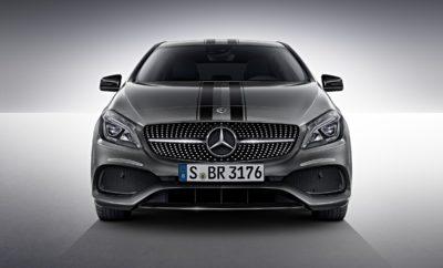 """Νέα έκδοση """"White Art Edtition"""" για τη Mercedes-Benz. Εντυπωσιακή εμφάνιση για περιορισμένο αριθμό οχημάτων. H Mercedes-Benz έχει δημιουργήσει για τα μοντέλα Α-Class, Β-Class, CLA & GLA την εντυπωσιακή ειδική έκδοση """"White Art Edition"""". Με ξεχωριστές επεμβάσεις στο σχεδιασμό, τόσο εξωτερικά όσο και εξωτερικά, η ειδική έκδοση """"White Art Edition"""" εντυπωσιάζει καθώς τραβά τα βλέμματα με τα ιδιαίτερα χαρακτηριστικά τους. Εξωτερικά, κάθετες γραμμές σε λευκό ή μαύρο ματ αλλάζουν την όψη του οχήματος – σε όποιο από τα πέντε διαθέσιμα χρώματα (μαύρο """"cosmos"""", μαύρο """"night"""", γκρι """"mountain"""", ασημί """"polar"""" ή λευκό """"cirrus"""") και αν επιλέξει κανείς – ενώ το σήμα """"Edition"""" στα φτερά και οι μαύρες ζάντες αλουμινίου AMG 18 ιντσών (19 ιντσών για την GLA) σχεδίασης πολλαπλών ακτίνων συμπληρώνουν την όμορφη, σπορτιφ εικόνα των ειδικών αυτών εκδόσεων. Στο εσωτερικό, αίσθηση προκαλούν τα σπορ καθίσματα από δέρμα ARTICO / DINAMICA και τη σχεδίασή τους με ρίγες σε λευκό και γκρι. Προαιρετικά διατίθενται και καθίσματα AMG Performance από δέρμα ARTICO / DINAMICA και σχεδίαση με ρίγες σε λευκό και γκρι. Το σπορ τιμόνι είναι 3 ακτίνων, πολυλειτουργικό, με επίπεδο κάτω μέρος και μικροΐνες DINAMICA στα σημεία λαβής. Οι ζώνες ασφαλείας είναι μαύρου χρώματος με λευκές ρίγες ενώ όλος ο εσωτερικός διάκοσμος των μοντέλων είναι από μαύρες μικροΐνες DINAMICA. Οι δακτύλιοι των αεραγωγών είναι λευκοί ενώ το ταμπλώ του αυτοκινήτου είναι από δέρμα ARTICO σε μαύρο χρώμα και διακσομητικές γκρι ραφές. Αντίστοιχα, γκρι ραφές έχουν και τα υποβραχιόνια στις πόρτες και στην κεντρική κονσόλα ενώ ο δερμάτινος επιλογέας ταχυτήτων με λεπτομέρειες από χρώμιο διαθέτει και αυτός διακοσμητικες ραφές σε γκρι χρώμα. Τέλος, το πακέτο ολοκληρώνεται με ξεχωριστά υφασμάτινα πατάκια, τα οποία φέρουν το λογότυπο """"Edition"""" και γκρι διακοσμητικές ραφές. Για την ελληνική αγορά, είναι διαθέσιμο και το πακέτο White Art Edition Plus, μόνο για συγκεκριμένες εκδόσεις κινητήρων και περιλαμβανει επιπρόσθετο εξοπλισμό από την ειδική έκδο"""