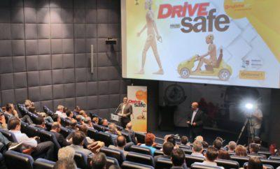 Δράση DRIVE Safe για την Οδική Ασφάλεια, από το περιοδικό αυτοκινήτου DRIVE Σε μια ειδική εκδήλωση, το περιοδικό αυτοκινήτου DRIVE παρουσίασε τη δράση DRIVE Safe για την Οδική Ασφάλεια. Κάτω από αυτό το γενικό τίτλο, εντάσσεται μια ειδική έκδοση, αλλά και μια σειρά δράσεων στις οποίες περιλαμβάνεται ένα πρόγραμμα σεμιναρίων κυκλοφοριακής αγωγής για παιδιά δημοτικού σχολείου αμιγώς εθελοντικού χαρακτήρα, η έκδοση ενός παιδικού βιβλίου αφιερωμένου στην οδική ασφάλεια και ένα ψηφιακό παιχνίδι. Όλες οι παραπάνω ενέργειες στοχεύουν στην εμπέδωση της έννοιας της οδικής ασφάλειας από την κρίσιμη παιδική ηλικία. Την εκδήλωση τίμησαν με την παρουσία τους εκπρόσωποι του ελληνικού Kοινοβουλίου και συγκεκριμένα ο κος Γιώργος Ουρσουζίδης, βουλευτής ΣΥΡΙΖΑ και κυρίως πρόεδρος της Ειδικής Μόνιμης Επιτροπής της Βουλής για την Οδική Ασφάλεια και ο κος Γιώργος Κωνσταντόπουλος, βουλευτής ΠΑΣΟΚ και Υπεύθυνος ΚΤΕ Παιδείας της Δημοκρατικής Συμπαράταξης. Το παρόν έδωσαν επίσης ο πρόεδρος του ΣΕΑΑ κος Γιώργος Βασιλάκης, ο πρόεδρος του ΣΕΑΜ κος Σωτήρης Χατζίκος και ο πρόεδρος της Ομοσπονδίας Μηχανοκίνητου Αθλητισμού Ελλάδος κος Δημήτρης Μιχελακάκης. Την Τροχαία Αττικής εκπροσώπησε ο Αστυνόμος Α' κος Δημήτρης Παπαγεωργίου. Πιο αναλυτικά Η έκδοση DRIVE SAFE με την πλούσια θεματολογία της καταγράφει τα προβλήματα, προτείνει λύσεις, ενθαρρύνει την σωστή και υπεύθυνη συμπεριφορά, αναλύει την τεχνολογία, αλλά εστιάζει στον άνθρωπο. Αλλά η ευαισθησία του DRIVE στην οδική ασφάλεια δεν εξαντλείται σε μερικές… εκατοντάδες σελίδες. Θεωρώντας την οδική ασφάλεια πρώτα από όλα θέμα παιδείας και αγωγής, που εμπεδώνεται από την παιδική ηλικία με τα σωστά ερεθίσματα, το DRIVE ανακοίνωσε μια εθελοντική πρωτοβουλία που ανέλαβε σε συνεργασία με το Ελληνικό Μουσείο Αυτοκινήτου. Είναι το πρόγραμμα «Κυκλοφορώ Υπεύθυνα». Ένα πρόγραμμα κυκλοφοριακής αγωγής για παιδιά του δημοτικού σχολείου. Σχεδιασμένο με τη βοήθεια της έμπειρης παιδαγωγού κας Σγουρής Γεωργιάδου, συγγραφέως παιδικών βιβλίων με 14 εκδόσεις στο ενεργ