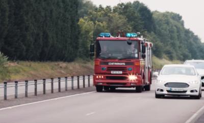 Ο Ήχος των Σειρήνων: Νέα Τεχνολογία της Ford Υποστηρίζει την Διευκόλυνση Οχημάτων Έκτακτης Ανάγκης • Νέα τεχνολογία της Ford συμβουλεύει τους οδηγούς για τη θέση και την απόσταση ενός οχήματος έκτακτης ανάγκης που πλησιάζει • Βοηθά αστυνομικά, ασθενοφόρα και πυροσβεστικά οχήματα να φτάνουν ταχύτερα στο προορισμό τους • Η τεχνολογία είναι ανάμεσα στα συστήματα που δοκιμάζει η εταιρεία στα πλαίσια του προγράμματος UK Autodrive • Άλλη, νέα τεχνολογία προειδοποιεί τους οδηγούς σε διασταυρώσεις, όταν μη ορατά οχήματα παραβιάζουν φωτεινό σηματοδότη Το να προσπαθείς να εντοπίσεις από πού προέρχεται ο ήχος μιας σειρήνας ενώ οδηγείς μπορεί να σε αγχώσει τρομερά, Ακόμα χειρότερα, μπορεί να καθυστερήσει τη διέλευση ενός οχήματος έκτακτης ανάγκης αν δεν απομακρυνθείς γρήγορα και με ασφάλεια από την πορεία του. Τώρα, η Ford έχει εξελίξει μία τεχνολογία που στέλνει σήμα από το ασθενοφόρο, το πυροσβεστικό ή το αστυνομικό όχημα απευθείας σε οδηγούς που βρίσκονται στην περιοχή, για να γνωρίζουν ακριβώς από πού έρχεται η σειρήνα, και πόσο απέχει Μπορείτε να δείτε πώς λειτουργεί η τεχνολογία εδώ: https://youtu.be/T8FxNIQug2g Μόνο στη Βρετανία, το 2015, συνέβησαν 475 τροχαία ατυχήματα με εμπλοκή οχημάτων άμεσης επέμβασης. * Εκτιμάται λοιπόν, ότι αυτή η τεχνολογία – που εκδίδει ηχητικές και οπτικές προειδοποιήσεις για τον οδηγό στο ταμπλό οργάνων – θα μπορεί κάποια στιγμή ακόμα και να συμβουλεύει τους οδηγούς για την καλύτερη σειρά ενεργειών ώστε να μην εμποδίζουν τη διέλευση. «Ο χρόνος είναι πολύτιμος για τις υπηρεσίες έκτακτης ανάγκης και αυτή η τεχνολογία μπορεί να βοηθήσει να εξοικονομήσουν πολύτιμα δευτερόλεπτα, επιτρέποντας στους υπόλοιπους οδηγούς να ανοίγουν δρόμο,» δήλωσε ο Christian Ress, supervisor, Automated Driving Europe, Ford Research & Advanced Engineering. Αυτή την εβδομάδα η Ford θα παρουσιάσει την τεχνολογία Emergency Vehicle Warning στο UK Autodrive, ένα πρόγραμμα δοκιμών για συνδεδεμένα οχήματα ύψους 20 εκατομμυρίων λιρών που χρηματοδοτεί η κυβέρνηση και υποστηρίζετ