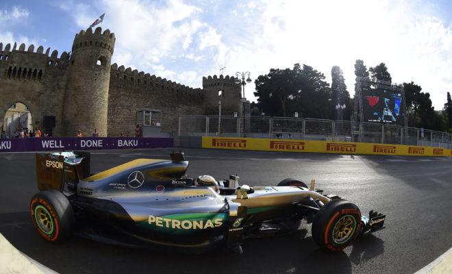 """Πρόκειται για τον πιο καινούργιο αγώνα στο πρόγραμμα της Formula 1, οπότε οι ομάδες έχουν λίγες πληροφορίες για τη διαδρομή στους δημόσιους δρόμους του Μπακού. Έχουν αγωνιστεί εκεί μόνο μια φορά, πέρυσι, στον πρώτο αγώνα που διοργανώθηκε. Από τότε οι τεχνικοί κανονισμοί αλλά και τα χαρακτηριστικά των ελαστικών έχουν αλλάξει οπότε είναι σα να ξεκινάμε από λευκό χαρτί. Τα ελαστικά που έχουν επιλεγεί για το πιο μακρύ και ταχύ αγώνα της σεζόν, σε δημόσιους δρόμους, είναι: P Zero μέση γόμα (λευκό χρώμα), P Zero μαλακή γόμα (κίτρινο χρώμα) και P Zero πολύ μαλακή γόμα (κόκκινο χρώμα). Τελευταία φορά που είδαμε αυτό το συνδυασμό ήταν φέτος στο Μπαχρέιν, ενώ επίσης χρησιμοποιήθηκε και πέρυσι στο Μπακού. ΟΙ ΤΡΕΙΣ ΕΠΙΛΕΓΜΕΝΕΣ ΓΟΜΕΣ Η ΠΙΣΤΑ ΥΠΟ ΤΟ ΠΡΙΣΜΑ ΤΩΝ ΕΛΑΣΤΙΚΩΝ • Με μήκος 6.003 μέτρα (συμπεριλαμβανομένης ευθείας 2.2km) το Μπακού έχει τον δεύτερο μακρύτερο γύρο μετά το Σπα με συνολικά 20 στροφές. • Ονομάζεται και «Πόλη των Ανέμων». Οι θυελλώδεις άνεμοι μπορούν να περιπλέξουν το σετάρισμα των μονοθεσίων. • Στο ξεκίνημα της ανηφόρας που μας φέρνει στο τμήμα της παλιάς πόλης ο δρόμος στενεύει πολύ. Σημειώστε πως τα μονοθέσια είναι 20 εκ. πιο φαρδιά φέτος. • Αναμένονται πολύ υψηλές ταχύτητες πάνω από 360km/h στη μεγάλη ευθεία. Πέρυσι καταγράφηκε ταχύτητα 378km/h. • Μέρος του γύρου διαθέτει νέα άσφαλτο οπότε οι ομάδες θα διαπιστώσουν για πρώτη φορά στις ελεύθερες δοκιμές τα επίπεδα πρόσφυσης. • Πέρυσι ο νικητής χρησιμοποίησε στρατηγική μιας αλλαγής ελαστικών πιθανόν αυτό θα συμβεί και φέτος. MARIO ISOLA – ΕΠΙΚΕΦΑΛΗΣ ΑΓΩΝΩΝ ΑΥΤΟΚΙΝΗΤΟΥ """"Μετά το Μονακό και το Μόντρεαλ το Μπακού είναι η 3η συνεχόμενη διαδρομή που διεξάγεται σε όχι μόνιμη εγκατάσταση. Η πρόσφυση είναι και εδώ χαμηλή όμως ο χαρακτήρας της διαδρομής είναι τελείως διαφορετικός. Ο ρυθμός γύρου είναι πολύ πιο γρήγορος και διοχετεύονται σημαντικά μεγαλύτερα ποσά ενέργειας διαμέσου των ελαστικών. Επίσης όπως είδαμε πέρυσι η θερμοκρασία οδοστρώματος μπορεί να είναι πολύ υψηλή. Γι' αυτούς τους λόγους επιλέξαμε τις γόμες ελ"""