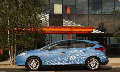 Η Ford Ανοίγει Ειδικό Γραφείο στο Λονδίνο με Σκοπό την Επιτάχυνση της Ανάπτυξης Λύσεων Μετακίνησης για την Ευρώπη • Η Ford Ευρώπης επιταχύνει την πρόοδο έρευνας και εξέλιξης στις λύσεις μετακίνησης με ένα ειδικό Γραφείο Καινοτομίας Smart Mobility στο Λονδίνο • Στόχος η βραχυπρόθεσμη ανάπτυξη τεχνολογιών ευφυούς μετακίνησης με έμφαση στις ειδικές απαιτήσεις των Ευρωπαϊκών πόλεων • Το γραφείο στο Here East, όπου χτυπά η καρδιά της καινοτομίας, σηματοδοτεί μία νέα επιχειρηματική προσέγγιση, που φέρνει τη Ford ανάμεσα στους πιο καινοτόμους Ευρωπαίους παίκτες από το χώρο του εμπορίου, των ψηφιακών τεχνολογιών και των ακαδημαϊκών ιδρυμάτων Η Ford ανακοίνωσε σήμερα ότι σκοπεύει να ανοίξει ένα ειδικό Ford Smart Mobility Innovation Office στο Λονδίνο που θα ασχοληθεί με τις μελλοντικές λύσεις μετακίνησης για την Ευρώπη. Το νέο γραφείο θα παρέχει σε μία ικανότατη, εξειδικευμένη ομάδα της Ford εύκολη πρόσβαση σε κορυφαίες εταιρίες ψηφιακών τεχνολογιών, διακεκριμένα εκπαιδευτικά ιδρύματα και ήδη υπάρχοντες εταίρους καθώς στοχεύει στη βραχυπρόθεσμη ανάπτυξη ευφυών λύσεων μετακίνησης που ικανοποιούν τις ανάγκες μεγάλων Ευρωπαϊκών πόλεων. «Η εγκατάσταση της ραγδαία ανερχόμενης ομάδας μας εδώ, στην καρδιά της καινοτομίας μετακίνησης στο Λονδίνο, είναι κρίσιμη για την επιτάχυνση της έρευνας και ανάπτυξης νέων τεχνολογιών. Η θέση στο Here East θα μας επιτρέψει περισσότερες συνεργασίες και θα ενθαρρύνει την αντισυμβατική σκέψη που είναι απαραίτητη για να αντιμετωπιστούν οι προκλήσεις του τομέα αστικών μεταφορών του αύριο» δήλωσε ο Steven Armstrong, group vice president & president Ευρώπης, Μέσης Ανατολής και Αφρικής, Ford Motor Company, στα εγκαίνια της London Tech Week. «Επίσης, θα βρισκόμαστε σε ιδανική θέση για να αξιοποιήσουμε τα υπάρχοντα project συνεργασίας και να έχουμε πρόσβαση στους πιο ταλαντούχους από το χώρο των ψηφιακών εφαρμογών και τεχνολογιών. Και τα δύο είναι σημαντικά στην προσπάθειά μας να γίνουμε Νο1 στις λύσεις μετακίνησης παγκοσμίως.» Το νέο γραφείο στο Here East