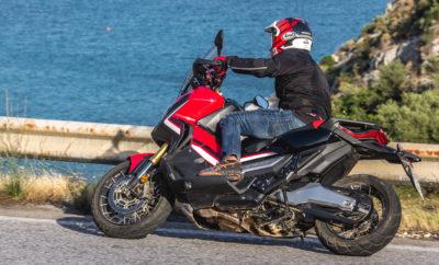 Δεν συμβαίνει συχνά στο κόσμο των μοτοσυκλετών να γεννιέται μία φρέσκια φιλοσοφία η οποία να σηματοδοτεί την απαρχή μιας νέας κατηγορίας. Όμως η Honda φημίζεται για τις καινοτομίες της και την παράδοση αυτή συνεχίζει τώρα με τη νέα X-ADV. Το σκεπτικό: ας πάρουμε τις αρετές μιας κλασσικής μοτοσυκλέτας περιπέτειας – ικανότητες παντός εδάφους, όρθια θέση οδήγησης που προσφέρει εξαιρετική ορατότητα, και αξιοσημείωτη πολύπλευρη χρηστικότητα, για τη δουλειά και τον ελεύθερο χρόνο. Μετά ας δούμε τι προσφέρει μία μέση μοτοσυκλέτα καθημερινής χρήσης. Μπορεί να είναι σκούτερ ή μοτοσυκλέτα αλλά θα είναι ένα μηχάνημα ευκολοδήγητο, σβέλτο και άνετο, αποδοτικό και με πρακτικούς αποθηκευτικούς χώρους. Εάν συνδυάσουμε τα παραπάνω προκύπτει μία ενδιαφέρουσα πρόταση με χαρακτηριστικά ενός ανθεκτικού, στυλάτου SUV. Κινείται με απόλυτη άνεση στη ζούγκλα της πόλης και διαθέτει όλα τα premium στοιχεία που κάνουν τη ζωή εύκολη σε μία μεγαλούπολη. Παράλληλα διαθέτει την κινητήρια ισχύ και τις ικανότητες του πλαισίου που προσδίδουν σε κάθε διαδρομή μία υπόσχεση της περιπέτειας. Καθώς το στυλ της Honda X-ADV γεννήθηκε στο κέντρο R&D της Honda στη Ρώμη, θεωρείται «δημιούργημα των μηχανικών». Μία φιλοσοφία που υλοποιείται για πρώτη φορά και εκφράζει μία νέα αίσθηση ανεξαρτησίας σε δύο τροχούς, ενισχύοντας την έμφυτη επιθυμία του αναβάτη για ελευθερία, ταξίδια και νέες εμπειρίες. Και μάλιστα αποτυπώνει την ουσία της ελευθερίας των δύο τροχών σε ένα συναρπαστικό, νέο σχήμα. Mr Kenichi Misaki, Επικεφαλής Προγράμματος (LPL) 17YM X-ADV «Η φιλοσοφία εξέλιξης για την X-ADV ήταν απλή: 'Go Have Fun!' (Απόλαυσέ το!) και θέλαμε να δημιουργήσουμε μία μοτοσυκλέτα με βασικό συστατικό το πνεύμα της περιπέτειας. Επίσης θέλαμε η X-ADV να είναι ένα πραγματικά πρακτικό εργαλείο για την πόλη, εύχρηστη και άνετη. Και τα Σαββατοκύριακα να μπορεί να χρησιμοποιηθεί για αποδράσεις από την καθημερινή ρουτίνα, με μοναδικό στυλ που απογειώνει τη διάθεση.» Honda X-ADV – Go Have Fun! 2. Επισκόπηση μοντέλου Στυλάτη, γεροφτι