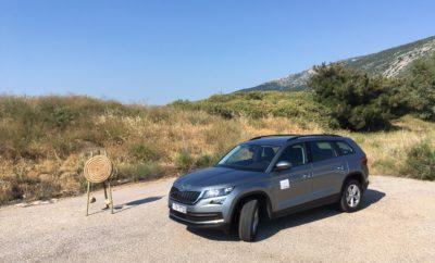 """• Η προστασία ενηλίκων αξιολογήθηκε με 92% • Κορυφαία αποτελέσματα και στη δοκιμή πλευρικής πρόσκρουσης • Η συνολική βαθμολογία επισφραγίζει τα κορυφαία επίπεδα ασφάλειας του μεγάλου SUV της ŠKODA • Η σύγχρονη τεχνολογία μειώνει δραματικά τις συνέπειες μίας επερχόμενης πρόσκρουσης και βοηθά στην πρόληψή της Ο έγκριτος οργανισμός Euro NCAP επιβράβευσε το μεγάλο SUV με την μέγιστη δυνατή διάκριση των 5 αστέρων, επιβεβαιώνοντας πως το νέο ŠKODA KODIAQ προσφέρει την βέλτιστη ασφάλεια για όλους τους επιβάτες. Η προσφερόμενη προστασία για τους ενήλικες, τα παιδιά, τους πεζούς, όπως και η αποτελεσματική λειτουργία των συστημάτων υποβοήθησης, αξιολογήθηκαν στις δοκιμές του Euro NCAP. Έτσι, μετά τα ŠKODA OCTAVIA, FABIA, RAPID, CITIGO, YETI και SUPERB, το KODIAQ αποτελεί το έβδομο μοντέλο με τα σήματα του ιστορικού κατασκευαστή που κατακτά την κορυφαία βαθμολογία των 5 αστέρων, που ανακλά τις υψηλές προδιαγραφές των συστημάτων ασφάλειας που έχει εξελίξει η μάρκα. """"Τα τεστ ασφάλειας του Euro NCAP είναι από τα πιο απαιτητικά και είμαστε περήφανοι που πετύχαμε το καλύτερο αποτέλεσμα. Το ŠKODA KODIAQ διαθέτει μία μακρά λίστα από προηγμένες τεχνολογίες και έξυπνες λύσεις. Προσφέρουμε αυξημένη παθητική ασφάλεια, αν και από μόνη της η σχεδίαση του πλαισίου συνδράμει τα μέγιστα στην ασφάλεια. Επιπρόσθετα, έχουμε διευρύνει τη γκάμα προηγμένων συστήματων υποβοήθησης ώστε τα ατυχήματα να αποτρέπονται σε μεγαλύτερο βαθμό"""", σχολίασε ο Christian Strube, Διευθύνων Σύμβουλος και Υπεύθυνος Τεχνικής Εξέλιξης στην ŠKODA. Ο Euro NCAP αξιολόγησε με 92% την προστασία για τους ενήλικες, ενώ το ŠKODA KODIAQ διέπρεψε και στην πλευρική δοκιμή πρόσκρουσης προσφέροντας κορυφαία προστασία. Το ίδιο ισχύει και για την προστασία σε περίπτωση σύγκρουσης στο πίσω μέρος του αυτοκινήτου. Επίσης, ο Euro NCAP επισήμανε συγκεκριμένα την αποτελεσματικότητα του στάνταρντ συστήματος αυτόνομης πέδησης (Front Assist), το οποίο λειτουργεί το ίδιο καλά στις χαμηλές ταχύτητες – όπως σε μία τυπική οδήγηση στην πόλη – και σ"""