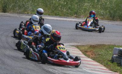"""Το Πανελλήνιο Πρωτάθλημα Karting 2017 μπαίνει στην τελική ευθεία, μετά και τον 4ο αγώνα της χρονιάς, που πραγματοποιήθηκε την Κυριακή 25 Ιουνίου. Με κύριο χαρακτηριστικό τη ζέστη, πραγματοποιήθηκε στην πίστα καρτ Αφιδνών """"Kartodromo"""" ο καλοκαιρινός γύρος του Πανελλήνιου Πρωταθλήματος Karting την Κυριακή 25 Ιουνίου, υπό τη διοργάνωση του Αθλητικού Σωματείου """"Ελληνική Λέσχη Αυτοκινήτου Δυτικής Αττικής"""" (ΕΛ.Λ.Α.Δ.Α.). Με το καλοκαίρι να μας έχει χτυπήσει την πόρτα για τα καλά, 32 αθλητές βρέθηκαν στην εκκίνηση του αγώνα, έχοντας ως στόχο το καλύτερο δυνατό αποτέλεσμα και προσφέροντας όμορφο θέαμα σε όσους βρέθηκαν στο Kartodromo για να παρακολουθήσουν τις αγωνιστικές μονομαχίες. Λόγω μειωμένων συμμετοχών, δεν πραγματοποιήθηκαν οι αγώνες στις Κατηγορίες Senior, KZ2 και KZ3. Την παράσταση έκλεψε για ακόμη μια φορά η Κατηγορία 60 Mini, στην οποία συμμετέχουν αθλητές ηλικίας 8-12 ετών, με τους μικρότερους εξ αυτών, ηλικίας 8-10 ετών να κατατάσσονται στην 60 Mini B, ενώ οι μεγαλύτεροι, ηλικίας 11-12 ετών, εντάσσονται στην 60 Mini A. Ο συναγωνισμός ήταν για ακόμη μια φορά όμορφος, καθώς 19 συνολικά οδηγοί προσπάθησαν για το καλύτερο και χάρισαν συναρπαστικούς αγώνες στους παρευρισκόμενους. Νικητής στην 60 Mini A αναδείχθηκε Ανδρέας Σπανός (Praga Zahos Karting, Praga-TM) ο οποίος έδειξε εξαρχής την ταχύτητά του, αφού επικράτησε και στους δύο ημιτελικούς, έχοντας πίσω του τον Στυλιανό Πετρίση (Chatzis Racing Team, FA-TM), που πίεσε τον νικητή τόσο στον Τελικό όσο και στον Β' Προκριματικό. Στο βάθρο των νικητών της 60 Mini A ανέβηκε επίσης ο Γιάννης Θεολόγος Ντάφος (Praga Zahos Karting, Praga-TM), που τερμάτισε και στην 3η θέση της άτυπης γενικής κατάταξης. Στην 4η θέση της κατάταξης και της 60 Mini A ολοκλήρωσε την προσπάθειά του ο Γιώργος Στυλιανός (Speed Force, Exprit-TM), ενώ την εξάδα της 60 Mini A συμπλήρωσαν οι Γιώργος Θεοδωρακόπουλος (AP Digital, DR-Lenzo) και Μάριος Αγγελόπουλος (Speed Force, Exprit-TM) ο οποίος ανέκαμψε μετά την εγκατάλειψη στον Α' Προκριματικό. Την κ"""