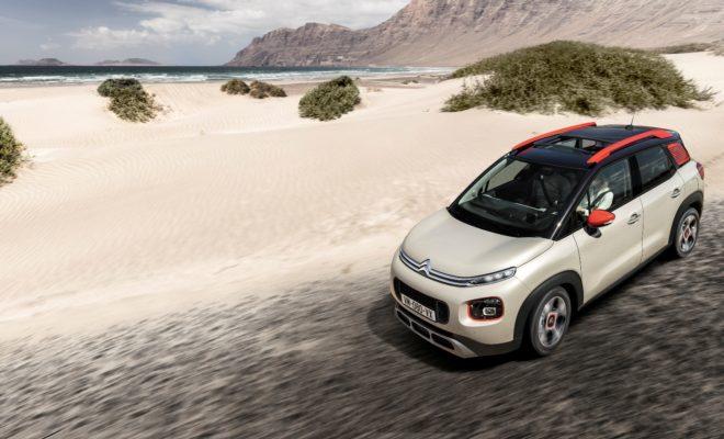 """Νέο Citroen C3 Aircross COMPACT SUV: H Citroen Ενισχύει την Επίθεσή της στην Κατηγορία των SUV! Η Citroen συνεχίζει τη δυναμική της επέκταση στην κατηγορία των SUV, με το C3 Aircross, ένα συμπαγές crossover """"νέας γενιάς"""" με έντονη προσωπικότητα. Η καινοτόμος σχεδίαση του αμαξώματος και οι γενναιόδωρες διαστάσεις, συνθέτουν ένα εντυπωσιακό και με ιδιαίτερη αισθητική σύνολο, το οποίο διαθέτει την ικανότητα να """"μεταμορφώνεται"""" στις απαιτήσεις του ιδιοκτήτη του, χάρη στους 90 χρωματικούς συνδυασμούς του αμαξώματος και τους 5 του εσωτερικού. Εμπνευσμένο από τις απαιτήσεις των οδηγών, εξασφαλίζει κορυφαία άνεση και αίσθηση ευρυχωρίας, χάρη στην πανοραμική γυάλινη οροφή και την εξαιρετική ορατότητα. Ως εκπρόσωπος του """"Citroen Advanced Comfort"""", προσφέρει απαράμιλλους χώρους για τους επιβάτες του και μια υπέροχη αίσθηση οδικής συμπεριφοράς στον οδηγό του. Εξαιρετικά ευέλικτο στην πόλη και ικανό στον ανοιχτό δρόμο, το νέο C3 Aircross εφοδιάζεται με το προηγμένο σύστημα ελέγχου της πρόσφυσης """"Grip Control"""" και αυτόματης κατάβασης """"Hill Descent"""" για να συνεχίζει εκεί που ή άσφαλτος τελειώνει. Ταυτόχρονα είναι εφοδιασμένο με 12 προηγμένα συστήματα υποβοήθησης της οδήγησης στα οποία περιλαμβάνεται το """"head up display"""" και 4 πρωτοποριακές τεχνολογίες συνδεσιμότητας με επιπλέον δυνατότητα ασύρματης, επαγωγικής φόρτισης smartphone. Το νέο συμπαγές """"SUV Citroen C3 Aircross"""" θα είναι διαθέσιμο στην ευρωπαϊκή και στην ελληνική αγορά στο δεύτερο εξάμηνο του 2017. Το νέο Citroen C3 Aircross δημιουργήθηκε για να πρωτοστατήσει σε μια κατηγορία η οποία πενταπλασίασε τις πωλήσεις της στην Ευρώπη το διάστημα 2012 – 2016. Εμπνευσμένο από το πρωτότυπο C-Aircross, που παρουσιάστηκε στη Διεθνή Έκθεση Αυτοκινήτου της Γενεύης το 2017, το νέο C3 Aircross φέρνει μια αύρα ανανέωσης στην κατηγορία των SUV. Εξωτερικά χαρακτηρίζεται από δυναμισμό και εξωστρέφεια, ενώ εσωτερικά από κορυφαία άνεση και πρωτοτυπία. Πρωτόγνωρη εμπειρία οδήγησης Εξοπλισμένο με το σύστημα Grip Control, που εξασφαλίζει κορυφαία"""