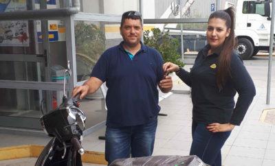 Οι κληρώσεις τυχερών που κερδίζουν scooter 125cc συνεχίζονται στην αλυσίδα καταστημάτων του MrKTEO! Με την πέμπτη κατά σειρά κλήρωση της χρονιάς, που πραγματοποιήθηκε στις αρχές Ιουνίου, μεγάλος τυχερός αναδείχθηκε ο κύριος Μιχαήλ Κούκης, κάτοχος αυτοκινήτου ο τεχνικός έλεγχος του οποίου διενεργήθηκε στο κατάστημα MrKTEO Ασπροπύργου μέσα στον Μάϊο. Θα ακολουθήσουν επτά ακόμα κληρώσεις, μία για κάθε μήνα του 2017 που απομένει και αν θέλετε και εσείς να κερδίσετε ένα πανέμορφο scooter Gemini Eivissa 125, το μόνο που έχετε να κάνετε είναι να περάσετε τεχνικό έλεγχο σε κάποιο από τα καταστήματα του MrKTEO. Γιατί η εταιρεία γιορτάζει τα 12 χρόνια λειτουργίας της και σας δίνει τη δυνατότητα να κερδίσετε ισάριθμα scooter, ένα κάθε μήνα και για όλους τους μήνες του 2017! H ανεπανάληπτη αυτή προσφορά ισχύει μέχρι τις 31 Δεκεμβρίου 2017 και αφορά σε τεχνικό έλεγχο κάθε είδους οχημάτων (αυτοκίνητα, δίκυκλα, φορτηγά, αγοραία, taxi κλπ). Εσείς απλά κλείστε το ραντεβού σας και χωρίς καμμία απολύτως οικονομική επιβάρυνση θα μπείτε στη διαδικασία των μηνιαίων κληρώσεων. Για να κλείσετε ραντεβού μπορείτε είτε να καλέσετε στο 10300 είτε να επισκεφθείτε την ιστοσελίδα www.mrkteo.gr Kαταστήματα Mr. KTEO 1. Αγ. Ι. Ρέντης, Μπιχάκη 30 2. Χαϊδάρι, Λ. Αθηνών 282 3. Αγ. Ανάργυροι, Λ. Δημοκρατίας 322 4. Ασπρόπυργος, 18ο χλμ Ν.Ε.Ο. Αθηνών-Κορίνθου 5. Mοσχάτο, Πειραιώς & Μοσχονησίων 1  Σύντομα και στη Θεσσαλονίκη!