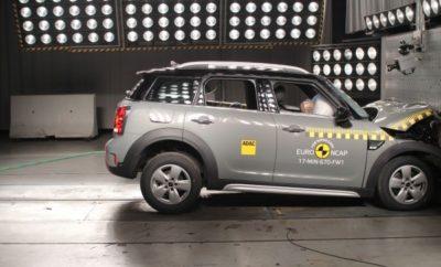Το μεγαλύτερο μοντέλο στην ιστορία της μάρκας, το νέο MINI Countryman, προσφέρει συναρπαστική ευρυχωρία και οδηγικές αρετές σε συνδυασμό με μέγιστη ευελιξία. Τώρα ξεχωρίζει και στον τομέα της ασφάλειας μετά την κορυφαία βαθμολογία πέντε αστέρων που απέσπασε στο crash test του Euro NCAP. Μέσα από μία αυστηρή διαδικασία δοκιμών διαπιστώθηκε ότι το ευρύχωρο όχημα παντός εδάφους της MINI προσφέρει ένα εξαιρετικό επίπεδο προστασίας σε όλους τους επιβάτες, υπό όλες τις συνθήκες. Τα crash tests που πραγματοποιεί ο ανεξάρτητος οργανισμός δοκιμών Euro NCAP (New Car Assessment Programme) αποτελούν σημείο αναφοράς για την οδική ασφάλεια, είναι αναγνωρισμένα σε Ευρωπαϊκό επίπεδο και αναβαθμίζονται συνεχώς. Οι εμπειρογνώμονες αναλύουν τη συμπεριφορά του αυτοκινήτου στις συγκρούσεις σε διαφορετικά σενάρια ατυχημάτων προκειμένου να αξιολογήσουν πόσο ανθεκτικός είναι ο κλωβός επιβατών, πόσο αποτελεσματικά τα συστήματα συγκράτησης και τι είδους δυνάμεις ασκούνται στους επιβάτες. Επιπλέον, η διαδικασία δοκιμών Euro NCAP λαμβάνει υπόψη την τεχνολογία ενεργητικής ασφάλειας και την προστασία των πεζών. Ο κλωβός ασφάλειας επιβατών του νέου MINI Countryman αποδείχτηκε ένας αξιόπιστος χώρος επιβίωσης σε εμπρόσθιες και πλευρικές συγκρούσεις καθώς και στις λεγόμενες πλευρικές συγκρούσεις σε κολώνα. Οι εμπειρογνώμονες διαπίστωσαν ότι το νέο MINI Countryman προσέφερε ένα μόνιμα υψηλό επίπεδο προστασίας από τραυματισμούς, ανεξαρτήτως σωματότυπου ή θέσης του επιβάτη, διασφαλίζοντας επομένως κορυφαία προστασία και για τα παιδιά. Η λειτουργία των προσκέφαλων αξιολογήθηκε επίσης θετικά καθώς προστατεύουν αποτελεσματικά τους επιβάτες από τραυματισμούς του αυχένα και της σπονδυλικής στήλης στις οπίσθιες συγκρούσεις. Το νέο MINI Countryman περιλαμβάνει αποσβεστήρα συγκρούσεων στην περιοχή της εμπρός ποδιάς, καθώς και ενεργό καπό κινητήρα για βέλτιστη προστασία των πεζών. Σε περίπτωση σύγκρουσης με πεζό ή δικυκλιστή, το καπό ανασηκώνεται αυτόματα για να αποτρέψει τον κίνδυνο τραυματισμού λόγω πρόσκρουσ