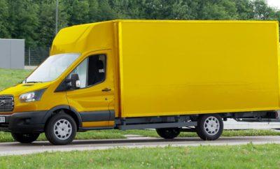 H Ford συνεργάζεται με τα Γερμανικά Ταχυδρομεία για την παραγωγή Ηλεκτρικών Van  Συνεργασία με σκοπό τα οχήματα διανομών μηδενικών ρύπων  Σημαντική ώθηση του τομέα e-mobility στη Γερμανία Η θυγατρική της Deutsche Post (Γερμανικά Ταχυδρομεία) StreetScooter GmbH και η Ford-Werke GmbH θα συνεργαστούν στην παραγωγή ηλεκτρικών οχημάτων για χρήση σε υπηρεσίες διανομών. Η Deutsche Post έχει ήδη αφήσει το αποτύπωμά της στα μικρά van με τη σχεδίαση και κατασκευή του StreetScooter μηδενικών ρύπων, και τώρα, και οι δύο εταίροι ενώνουν τις προσπάθειές τους σε ένα project μεγαλύτερου οχήματος. Το πλαίσιο του Ford Transit θα αποτελέσει τη βάση, πάνω στην οποία θα προστεθεί ένα ηλεκτρικό σύστημα κίνησης με μπαταρία, ενώ η δομή του αμαξώματος θα πληροί τις προδιαγραφές των Deutsche Post και DHL Paket. Η έναρξη παραγωγής προγραμματίζεται για τον Ιούλιο του 2017. Πριν το τέλος του 2018 τουλάχιστον 2.500 οχήματα θα υποστηρίξουν τις υπηρεσίες αστικών διανομών του Deutsche Post DHL Group. Με τέτοιο όγκο, η κοινοπραξία θα γίνει ο μεγαλύτερος κατασκευαστής ηλεκτρικών οχημάτων μπαταρίας για διανομές μεσαίου τύπου στην Ευρώπη. Η Ford με το Deutsche Post DHL Group μοιράζονται τον ίδιο στόχο: μείωση των εκπομπών ρύπων και δημιουργία νέων κυκλοφοριακών λύσεων στις μετακινήσεις του μέλλοντος. Η νέα συνεργασία είναι ένα σημαντικό και χειροπιαστό βήμα στην επίτευξη αυτών των στόχων. «Η ηλεκτρική μετακίνηση (E-Mobility) και οι καινοτόμες κυκλοφοριακές λύσεις για αστικές περιοχές είναι σημαντικοί παράγοντες καθώς μεταμορφώνουμε την επιχείρησή μας για να ανταποκριθούμε στις μελλοντικές προκλήσεις,» σχολίασε ο Steven Armstrong, group vice president & president Ευρώπης, Μέσης Ανατολής και Αφρικής,της Ford Motor Company. «Σαν κορυφαίοι παίκτες στην Ευρώπη στον τομέα επαγγελματικών οχημάτων, αυτή η συνεργασία εκμεταλλεύεται άριστα τα πλεονεκτήματά μας, ενώ μέσω των StreetScooter και Deutsche Post DHL Group δημιουργούμε μια εκπληκτική συνεργασία και ένα παγκόσμιο δίκτυο.» «Θεωρώ ότι αυτή τη συνεργασία εν