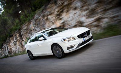 """Τα Volvo S60 και V60 είναι από τα αδιαφιλονίκητα best-sellers της ελληνικής αγοράς τα τελευταία χρόνια. Συνδυάζουν μοναδικά την πολυτέλεια και την υψηλή τεχνολογία σε εντυπωσιακά αμαξώματα και με την κορυφαία ασφάλεια που προσφέρει η Volvo. Αν και τυπικά ανήκουν στην κατηγορία των μεσαίων οικογενειακών, το μεν S60 εκφράζει το σκανδιναβικό design με γραμμές που θυμίζουν περισσότερο κουπέ, προβάλλοντας μία ιδιαίτερα σπορ εξωτερική εικόνα ενώ το V60 είναι αναμφισβήτητα ένα από τα πιο όμορφα sport wagon που έχουν σχεδιαστεί ποτέ, με τον τρίτο όγκο να δένει αρμονικά με το υπόλοιπο αμάξωμα. Το επιτυχημένο face-lift και η προσθήκη στη γκάμα τού βενζινοκινητήρα 1.498 κ.εκ., ισχύος 152 ίππων, ανέβασαν τα S60 και V60 σε άλλο επίπεδο. Πλέον, σε μία από τις πιο δημοφιλείς κατηγορίες της ελληνικής αγοράς από άποψη κυβισμού, η Volvo προσφέρει δύο μοντέλα που συνδυάζουν τις παραδοσιακές αξίες της μάρκας με μοναδική οδηγική εμπειρία. Τόσο ο ανήσυχος οδηγός που αναζητά σπορ συγκινήσεις όσο και ο οικογενειάρχης που πρωταρχικό του μέλημα είναι η ασφαλής μετακίνηση των αγαπημένων του προσώπων, σε μικρές ή μεγάλες αποστάσεις, θα νιώσουν απόλυτα ικανοποιημένοι πίσω από το τιμόνι των S60 και V60. Επιπρόσθετα, σε μία εποχή που το """"value for money"""" είναι πολύ ψηλά στις προτεραιότητες του καταναλωτή, ακόμα και στην premium κατηγορία, τα Volvo S60 και V60 αποτελούν σήμερα τις πιο ελκυστικές προτάσεις για έναν επιπλέον λόγο: Με ίδια τιμή εκκίνησης, τα € 24.300 για την έκδοση Kinetic, τα Volvo S60 T3 1.5 Auto και V60 T3 1.5 Auto προσφέρουν το πιο πλήρες πακέτο εξοπλισμού της κατηγορίας σε τιμή σημαντικά μικρότερη από τα αντίστοιχα μοντέλα του γερμανικού – και όχι μόνο – premium ανταγωνισμού. Αυτό, όσον αφορά τον ιδιώτη αγοραστή. Γιατί αν η αντίστοιχη προσέγγιση γίνει για το χώρο των εταιρικών πωλήσεων και τους εταιρικούς χρήστες, που σήμερα αποτελούν πολύ μεγάλο ποσοστό της συγκεκριμένης κατηγορίας, τότε η πλάστιγγα γέρνει ακόμα περισσότερο υπέρ των S60 και V60. Οι δύο εκπρόσωποι της Volvo στην"""