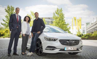 """'You'll Never Walk Alone': Η Opel και ο Jürgen Klopp επεκτείνουν τη συνεργασία τους 13.06.2017 Print Print Word Νέα συμφωνία: υπογράφηκε σήμερα μακροπρόθεσμο συμβόλαιο με τον πρεσβευτή μάρκας Klopp Νέο εταιρικό αυτοκίνητο: Λευκό δεξιοτίμονο Opel Insignia Grand Sport για τον διάσημο προπονητή Η Opel και ο προπονητής της Liverpool FC Jürgen Klopp ανακοίνωσαν τη συμφωνία τους για παράταση του τρέχοντος συμβολαίου. Στο πλαίσιο της νέας συμφωνίας, ο Klopp παραμένει πρεσβευτής της μάρκας Opel τα επόμενα χρόνια. Η Opel και ο Jürgen Klopp συνεργάζονται από τον Αύγουστο του 2012, όταν ο χαρισματικός και αξιαγάπητος προπονητής προσήλθε στην εταιρεία ως πρεσβευτής μάρκας. Την τελευταία πενταετία, η θετική εξέλιξη της μάρκας μπορεί να συνδεθεί με τον πρώην προπονητή της 1. FSV Mainz 05 και της Borussia Dortmund ο οποίος ανέλαβε τη Liverpool τον Οκτώβριο του 2015. Από τότε που ξεκίνησε τη συνεργασία του με την Opel, έχει πρωταγωνιστήσει σε 17 τηλεοπτικές διαφημίσεις πέραν των πολλών ακόμα δεσμεύσεων που εκπληρώνει για λογαριασμό της Γερμανικής κατασκευάστριας εταιρείας αυτοκινήτων. «Είμαστε χαρούμενοι που ο Jürgen θα παραμείνει μέλος της οικογένειας Opel επειδή ταιριάζει άριστα στη μάρκα Opel. Συμβολίζει με απόλυτα πειστικό τρόπο πολλά από αυτά που η Opel αντιπροσωπεύει σήμερα και επιθυμεί να υλοποιήσει στη συνέχεια. Το μέλλον ανήκει σε όλους και εμείς προσβλέπουμε στο μέλλον με τον Jürgen Klopp,» δήλωσε η Διευθύντρια Μάρκετινγκ της Opel, Tina Müller. «Ανέκαθεν ήμουν πολύ περήφανος για τη σχέση μου με την Opel επειδή έχουμε πολλά κοινά. Ανυπομονώ για τη συνέχιση της συνεργασίας και για να παίξω το δικό μου ρόλο στην ανάκαμψη της εταιρείας» δήλωσε ο Klopp. Εκτός από την ομιλία του στους συμμετέχοντες του συνεδρίου """"OPELxWIRED future.mobility"""" και την υπογραφή της νέας συμφωνίας με την εταιρεία, ο 49χρονος πήγε επίσης στο Rüsselsheim για να παραλάβει ένα πραγματικά μοναδικό δώρο γενεθλίων, λίγο νωρίτερα. Τρεις ημέρες πριν από τα 50ά του γενέθλια, ο Klopp παρέλαβε το ολοκαίνουργιο """