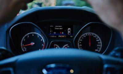 Χασμουριέστε Συνεχώς τη Μεγαλύτερη Μέρα του Χρόνου; Η Τεχνολογία Drivers Alert System της Ford, Σας Προσφέρει την Απαραίτητη Αφύπνιση Πίσω Από το Τιμόνι • Μεγάλος αριθμός Ευρωπαίων υποφέρει από έλλειψη ύπνου • Η κούραση θεωρείται η αιτία για το 1 στα 5 τροχαία ατυχήματα στην Ευρώπη • Πολλοί οδηγοί παραδέχονται ότι κουτουλάνε από τη νύστα στο τιμόνι • Το σύμβολο μιας κούπας καφέ βοηθά τους νυσταγμένους οδηγούς να αντιληφθούν ότι χρειάζονται ένα διάλειμμα Για τους περισσότερους Ευρωπαίους που επιβιώνουν με πολύ λίγο ύπνο, η μεγαλύτερη ημέρα του χρόνου μπορεί να προκαλεί ανάμικτα συναισθήματα. Είτε τους ξύπνησε αξημέρωτα κάποιος ζωηρός μπόμπιρας, είτε καθυστέρησαν να κοιμηθούν μετά από χθεσινοβραδινή έξοδο, η έλλειψη ύπνου μπορεί να αποδειχτεί η μεγαλύτερη πρόκληση. Στη βορειότερη Ευρωπαϊκή πρωτεύουσα, το Ρέικιαβικ (Ισλανδία), ο ήλιος εξαφανίζεται μόνο για 2 ώρες και 56 λεπτά. Σύμφωνα με έρευνα, ο 1 στους 3 Ευρωπαίους κοιμάται πολύ λίγο.* Πίσω από το τιμόνι, αυτό μπορεί να επηρεάσει τις οδηγικές ικανότητες, προκαλώντας μειωμένη συγκέντρωση και καθυστερημένες αντιδράσεις, κάτι αντίστοιχο με αυτό που συμβαίνει στους οδηγούς μετά από κατανάλωση αλκοόλ. Η κούραση ευθύνεται για το 1 στα 5 τροχαία ατυχήματα στην Ευρώπη, ** και 1 στους 5 οδηγούς παραδέχεται ότι τον έχει πάρει ο ύπνος στο τιμόνι. *** Σε αυτοκινητόδρομους και δρόμους ταχείας κυκλοφορίας, εναέριες και πλευρικές πινακίδες αναβοσβήνουν υπογραμμίζοντας τους κινδύνους, αλλά και τα αυτοκίνητα εκδίδουν προειδοποιήσεις εάν οι οδηγοί παρουσιάσουν σημάδια κόπωσης. Το Driver Alert system της Ford χρησιμοποιεί μία εμπρόσθια κάμερα για να αναγνωρίζει οδικές σημάνσεις, να ανιχνεύει ακούσια εκτροπή από την πορεία του αυτοκινήτου και εμφανίζει το σύμβολο μιας κούπας καφέ για να δείξει ότι είναι ώρα για διάλειμμα. «Πολλές φορές οι οδηγοί πιέζονται από πολλά και διάφορα – όλοι θέλουν να φτάσουν στο σπίτι το ταχύτερο δυνατόν. Όμως μία κούπα καφέ μπορεί να αποτελέσει αποτελεσματική υπενθύμιση ότι ο καλύτερος τρόπος για να φτάσεις 