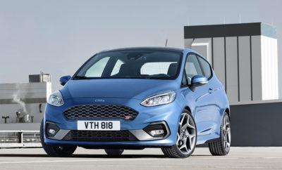 Τα Πρώτα Ford Fiesta Έρχονται στην Ελλάδα - Με Νέες Εκδόσεις το Νέο Ford Fiesta θα Συνεχίσει την Επιτυχία του Δημοφιλούς Προκατόχου του • Η παραγωγή του νέου Ford Fiesta – Ευρωπαϊκού bestseller – ξεκίνησε σε ένα από τα πιο αποδοτικά εργοστάσια παραγωγής αυτοκινήτων σε όλο τον κόσμο.* • Τα πρώτα Ford Fiesta που βγήκαν από τη γραμμή παραγωγής θα έρθουν στην Ελλάδα • Στο νέο Ford Fiesta θα βρείτε περισσότερα από όσα φαντάζεστε – Ξεχωριστή εμφάνιση, νέες τεχνολογίες και πλούσιος εξοπλισμός κάνουν τη ζωή σας πιο απολαυστική. Το νέο Ford Fiesta ξεκίνησε να κατασκευάζεται στις εγκαταστάσεις του εργοστασίου της Ford στην Κολωνία. Το νέο μοντέλο αποτελεί την 8η γενιά Fiesta και έρχεται για να συνεχίσει την επιτυχημένη πορεία των συνολικά 40+ χρόνων από την ημέρα κυκλοφορίας του πρώτου Ford Fiesta το 1976. Η Ford έχει επενδύσει περίπου 293 εκατομμύρια Ευρώ σε νέες διαδικασίες παραγωγής στο εργοστάσιο της Κολωνίας – που ήδη θεωρείται από τα πιο αποδοτικά εργοστάσια παραγωγής αυτοκινήτων σε όλο τον κόσμο - με την προοπτική ένα Fiesta να βγαίνει από τη γραμμή παραγωγής κάθε 68 δευτερόλεπτα. Το λανσάρισμα του νέου Ford Fiesta ξεκινά από την Ελλάδα, αφού η χώρα μας θα υποδεχτεί τα πρώτα αυτοκίνητα που βγήκαν από τη γραμμή παραγωγής. Οι πρώτες εκδόσεις αναμένονται σε λίγες ημέρες με τις παραδόσεις να αρχίζουν τον Ιούλιο. Με νέες τεχνολογίες, αναβαθμισμένα οδηγικά χαρακτηριστικά, πλούσιο στάνταρ εξοπλισμό, τιμές που ξεκινούν από τα 12.990€ και 8 χρόνια εγγύηση, είναι βέβαιο πως θα γίνει και πάλι το σημείο αναφοράς για την κατηγορία των σούπερ μίνι! «Έχουμε αναβαθμίσει τον αξιαγάπητο, απολαυστικό και σπορτίφ χαρακτήρα αυτού του θρυλικού μοντέλου προσφέροντας παράλληλα περισσότερες εκδόσεις από ποτέ, σε συνδυασμό με προηγμένες τεχνολογίες και εξοπλισμό που οι αγοραστές μικρών αυτοκινήτων δεν θα τολμούσαν παρά μόνο να ονειρευτούν πριν από μερικά χρόνια» δήλωσε ο Jim Farley, Executive Vice President & President, Ευρώπης, Μ. Ανατολής & Αφρικής της Ford Motor Company. Δυναμική εξωτερική ε