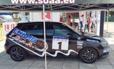 """Σε αγωνιστικούς ρυθμούς και μάλιστα ευρωπαϊκού επιπέδου """"μπήκε"""" το Skoda Fabia 1.2 TSI με το οποίο ο Σύνδεσμος Οδηγών Αγώνων αναβιώνει τον θεσμό του Ενιαίου Πρωταθλήματος. Το πρώτο αυτοκίνητο που μετετράπη πλήρως σε αγωνιστικό για τους αγώνες Ενιαίου, βρέθηκε στο Service Park του SEAJETS Acropolis Rally στην Πανελλήνια Έκθεση της Λαμίας. Οι φίλοι των αγώνων είχαν έτσι την ευκαιρία να φωτογραφηθούν με το νέο αγωνιστικό και να συνομιλήσουν με στελέχη του Συνδέσμου σχετικά με το ΣΟΑΑ Ενιαίο Skoda 2017. Μάλιστα υπήρξε ακόμη και ενδιαφέρον για συμμετοχή στο θεσμό του Ενιαίου, από ανθρώπους που είδαν από κοντά το υψηλό επίπεδο της μετατροπής του αυτοκινήτου σε αγωνιστικό με γνώμονα την ασφάλεια και το χαμηλό κόστος. Υπενθυμίζεται πως το ΣΟΑΑ Ενιαίο Skoda 2017 θα ξεκινήσει στις 16 Ιουλίου από τη Δημητσάνα και την ανάβαση του Κυπέλλου Αναβάσεων Νοτίου Ελλάδος εκεί. Θα περιλαμβάνει συνολικά τέσσερις αγώνες ταχύτητας και δύο αγώνων αναβάσεων."""