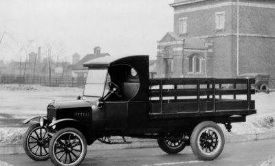 Ford: 100 Χρόνια Ιστορίας στα Επαγγελματικά Οχήματα • Πριν από 100 χρόνια σαν σήμερα, η Ford λανσάρισε το πρώτο της επαγγελματικό όχημα – το Ford Model TT που προετοίμασε το δρόμο για τα σύγχρονα επαγγελματικά Van • Βασισμένο στο θρυλικό Model T car, το Model TT 1-τόνου ήταν μακρύτερο και ισχυρότερο, με χώρο για δύο άτομα • Η εταιρία παράγει τώρα τη δημοφιλέστερη γκάμα επαγγελματικών οχημάτων στην Ευρώπη Έχετε ακούσει για το Ford Model T, το θρυλικό αυτοκίνητο που έγινε παγκόσμια επιτυχία. Αλλά τι ξέρετε για το Model TT; Αν και λιγότερο γνωστό, είχε επίσης μεγάλη επιρροή – ήταν ο προπομπός των μοντέλων van και pickup της σύγχρονης εποχής, συμπεριλαμβανομένου του σημερινού Transit. Έχοντας λανσαριστεί για πρώτη φορά πριν από 100 χρόνια σαν σήμερα, το Model TT ήταν το πρώτο van 1 τόνου της Ford που κατασκευάστηκε. Οι ιδιοκτήτες μπορούσαν να προσαρμόσουν το πλαίσιο με μία καρότσα, ώστε να μεταφέρουν τα πάντα, από επιστολές μέχρι καύσιμα. Αρχικά λανσαρίστηκε στις ΗΠΑ, αλλά πολλά κατασκευάστηκαν στην Ευρώπη, και συγκεκριμένα στο Manchester, Ηνωμένο Βασίλειο. Το Model TT van ήταν μακρύτερο και ισχυρότερο από το Model T, με καμπίνα για τον οδηγό και έναν επιβάτη. Ο κινητήρας έπαιρνε εμπρός με μία μανιβέλα μπροστά. Για πιο ομαλή συμπεριφορά οι πελάτες είχαν τη δυνατότητα να επιλέξουν πίσω ελαστικά με αέρα, αντί για τα συμπαγή που χρησιμοποιούνταν την εποχή εκείνη. Η Ford προσφέρει τώρα τη δημοφιλέστερη γκάμα επαγγελματικών οχημάτων στην Ευρώπη, με τα Transit, Transit Custom, Transit Connect, Transit Courier και Ranger pickup. * «Είναι εκπληκτικό, το ότι ενώ κατά κάποιο τρόπο τα σημερινά van είναι πολύ πιο εξελιγμένα από το Model TT, ουσιαστικά, κάνουν την ίδια δουλειά για την οποία σχεδιάστηκαν πριν από 100 χρόνια – αποτελώντας ένα ευέλικτο μέσον για επαγγελματικές μεταφορές» δήλωσε ο Hans Schep, general manager, Commercial Vehicles, της Ford Ευρώπης. # # # * Στοιχεία πωλήσεων για όλο το 2016. Η Ford Ευρώπης αναφέρει τις πωλήσεις της για τις Ευρωπαϊκές παραδοσιακές αγορές ό