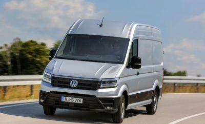 Νέο Volkswagen Crafter Van» Η Kosmocar - Volkswagen Επαγγελματικά Οχήματα ανακοινώνει τη διάθεση της 3ης γενιάς του Crafter στην Ελληνική αγορά. Στόχος στην εξέλιξή του νέου μοντέλου ήταν να προσφέρει λύσεις μεταφοράς, προσανατολισμένες στον πελάτη, με κορυφαία εξοικονόμηση κόστους. Για το λόγο αυτό, λήφθηκαν υπόψη στην κατασκευή του οι απαιτήσεις και τα σχόλια πολλών και διαφορετικών επαγγελματιών, μετά από έρευνα 4 ετών, προσανατολισμένη ακριβώς σε αυτές τις ανάγκες. Μέσα από αυτή την διαδικασία δημιουργήθηκε το νέο Crafter, ένα αυτοκίνητο που είναι πιο πρακτικό, πιο αποδοτικό και πιο καινοτόμο από ποτέ και ανταποκρίνεται ιδανικά στις απαιτήσεις των πελατών της κατηγορίας του. Το νέο Crafter, παράγεται στο καινούργιο υπερσύγχρονο εργοστάσιο της Volkswagen, στη Wrzesnia της Πολωνίας. Το νέο μοντέλο σχεδιαστικά, ακολουθεί την φιλοσοφία του Transporter, ενώ διαθέτει τον καλύτερο συντελεστή αεροδυναμικής στην κατηγορία του. Αυτό επιτυγχάνεται χάρη στην πρωτοποριακή σχεδίαση του αμαξώματος με την κεκλιμένη προς τα πίσω οροφή, τη γρίλια του ψυγείου, τα καλυμμένα εμπρός σκαλοπάτια, καθώς και τα σχεδιασμένα προς τα μέσα πλαϊνά τμήματα. Διατίθεται σε 3 διαφορετικά μήκη (μεσαίο / μακρύ / μακρύ plus) και με 3 διαφορετικές οροφές (απλή / υπερύψωση / διπλή υπερύψωση) που μπορούν να συνδυαστούν με 3 διαφορετικά συστήματα κίνησης (εμπρός κίνηση / πίσω κίνηση / 4Motion) ενώ διαθέτει και 2 κιβώτια ταχυτήτων (6-τάχυτο μηχανικό / 8-τάχυτο αυτόματο) για όλα τα συστήματα κίνησης. Επιπλέον της έκδοσης Van, το νέο Crafter θα διατίθεται και στις ακόλουθες εκδόσεις αμαξώματος: • Chassis (μονή / διπλή καμπίνα) • Pick Up (μονή / διπλή καμπίνα) Το νέο Crafter είναι το μόνο αυτοκίνητο στην κατηγορία του που προσφέρει τέτοιο πλουραλισμό δυνατοτήτων, προκειμένου να ικανοποιήσει τις διαφορετικές ανάγκες κάθε επαγγελματικής πρόκλησης. Εργονομία στο εσωτερικό και άνεση εφάμιλλη αυτής ενός επιβατικού αυτοκινήτου, με βέλτιστη εργονομία και πρακτικότητα στην καθημερινή χρήση. Προσφέρει πολλαπλούς απο