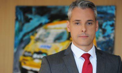 Νέος Διευθύνων Σύμβουλος στην FCA Greece Αλλαγή στην ηγεσία της FCA Greece AE, καθώς καθήκοντα νέου Διευθύνοντος Συμβούλου αναλαμβάνει ο κoς Γιώργος Μπακόπουλος, αντικαθιστώντας τον κο Paulo Carelli ο οποίος, έπειτα από έξι χρόνια πετυχημένης πορείας, μετακινείται σε ανώτατη διοικητική θέση της θυγατρικής του Ομίλου FCA στην Ισπανία. Ο κος Μπακόπουλος κατείχε από το Νοέμβριο του 2015 τη θέση του Διευθυντή Πωλήσεων των μαρκών Fiat, Alfa Romeo, Abarth & Fiat Professional, διαθέτοντας 20ετή επαγγελματική εμπειρία στον κλάδο αυτοκινήτων και προϋπηρεσία μεταξύ άλλων σε ανώτερες διευθυντικές θέσεις των εταιρειών Hyundai Hellas & Kia Motors Greece. Επιπροσθέτως, ο κος Μπακόπουλος είναι κάτοχος πτυχίου Ευρωπαϊκών Οικονομικών Σπουδών από το Οικονομικό Πανεπιστήμιο Αθηνών και μεταπτυχιακού τίτλου στην Διοίκηση Επιχειρήσεων από το Πανεπιστήμιο του Leicester. Είναι 44 ετών και είναι παντρεμένος. Σε μία ιδιαιτέρως απαιτητική χρονική περίοδο για την Ελλάδα, η μητρική εταιρεία FCA Italy S.p.A δείχνει εμπράκτως την εμπιστοσύνη της στη θυγατρική της FCA Greece AE, με την επιλογή, μετά από 12 χρόνια, ενός Έλληνα για να αναλάβει τα ηνία της. Η ομάδα της FCA Greece εκφράζει τις ευχές της στον κo Μπακόπουλο για μια πετυχημένη πορεία στα νέα του καθήκοντα, ενώ ευχαριστεί θερμά τον κo Carelli και του εύχεται καλή επιτυχία στα νέα του καθήκοντα.