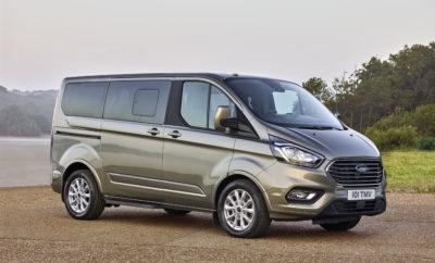 """To Νέο Ford Tourneo Custom Προσφέρει το Καλύτερο Σύστημα Καθισμάτων για Επαγγελματική Χρήση ή Αναψυχή • Η Ford αποκαλύπτει το νέο Tourneo Custom με τολμηρό εξωτερικό στυλ και νέο premium εσωτερικό • Διαθέτει ευρύχωρη και πολυτελή καμπίνα και μοναδικό στην κατηγορία σύστημα καθισμάτων με έξι ατομικά πίσω καθίσματα και δυνατότητα συνεδριακής διάταξης • Το μεγαλύτερο Tourneo πλήρως ανανεωμένο, προσφέρει αθόρυβη λειτουργία, ανώτερη ποιότητα και τεχνολογίες όπως Intelligent Speed Limiter και SYNC 3 • Το Tourneo διαθέτει κινητήρα Ford EcoBlue 2.0-L diesel, νέο, εξατάχυτο αυτόματο κιβώτιο SelectShift, προαιρετική πίσω αερανάρτηση, αποκλειστικές εκδόσεις Titanium X και Sport • Το Νέο Tourneo Custom απευθύνεται σε πελάτες που θα το χρησιμοποιήσουν για μεταφορές προσώπων, προσωπικούς λόγους και δραστηριότητες ελεύθερου χρόνου. Η παραγωγή προγραμματίζεται να ξεκινήσει αργότερα το 2017, οι παραδόσεις από τις αρχές του 2018 Η Ford αποκάλυψε τις πρώτες λεπτομέρειες για το ευέλικτο, νέο όχημα μεταφοράς προσώπων Tourneo Custom, το οποίο μπορεί να μεταφέρει με ανέσεις """"1ης θέσης"""" μέχρι εννέα επιβάτες σε μία νέα, πολυτελή καμπίνα. Κατάλληλο για μεταφορά προσώπων, προσωπική χρήση ή δραστηριότητες ελεύθερου χρόνου, το νέο Tourneo Custom θα διατίθεται για παραγγελία αργότερα μέσα στη χρονιά, ενώ οι παραδόσεις του θα ξεκινήσουν στις αρχές του 2018. Ξεχωρίζοντας, με ένα τολμηρό εμπρός τμήμα και χρωμιωμένη μάσκα και πέντε οριζόντιες μπάρες, το νέο Tourneo Custom διαθέτει μία πολυτελή καμπίνα με σύστημα πίσω καθισμάτων μοναδικό στην κατηγορία. Αυτό αποτελείται από έξι ατομικά καθίσματα, με δυνατότητα συνεδριακής διάταξης της 2ης και 3ης σειράς. Το μεγαλύτερο σε μέγεθος Tourneo, είναι και αυτό ανανεωμένο. Εντυπωσιάζει με τον πολιτισμένο και προηγμένο χαρακτήρα του, το εσωτερικό υψηλής ποιότητας, τα βελτιωμένα επίπεδα άνεσης και θορύβου και τις τεχνολογίες όπως το Intelligent Speed Limiter και το SYNC3. «Με το νέο Tourneo Custom, όλοι οι επιβάτες μπορούν να απολαμβάνουν το καλύτερο σύστημα κα"""