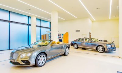 "Bentley Athens: Ένας νέος πρωτοποριακός χώρος για τους λάτρεις της αυτοκίνησης» Η έκθεση Bentley στο Ν. Ψυχικό είναι ο νέος πρωτοποριακός χώρος για τους λάτρεις της αυτοκίνησης. Ένας διακριτικά πολυτελής χώρος, με minimal διακόσμηση, που προσφέρει ιδιωτικότητα σε πελάτες που δεν επιθυμούν την έκθεσή τους σε αδιάκριτα μάτια όταν επιλέγουν αυτοκίνητο. Ένας χώρος που μοιάζει περισσότερο με κοσμηματοπωλείο και λιγότερο με έκθεση. Μοναδικά αυτοκίνητα Bentley όπως η επιβλητική Bentayga και η σπορτίφ Continental Supersports που διακρίνεται για τη διαχρονικότητά της, υποδέχονται στην είσοδο τους επισκέπτες της έκθεσης. Στον ίδιο χώρο στεγάζεται πλέον και η Luxury Hire, μία υπηρεσία της Kosmocar που στόχο έχει να δημιουργεί ξεχωριστές υπηρεσίες για ξεχωριστούς πελάτες. Μία υπηρεσία που άλλαξε τα δεδομένα στο χώρο των μισθώσεων πολυτελών οχημάτων, προσφέροντας τη δυνατότητα ενοικίασης μίας Bentley ή ενός κορυφαίου μοντέλου Audi όπως Q7, A8, A7, Q5, A5 Cabrio ή το αυτοκίνητο υπερ-επιδόσεων R8. Οι πελάτες της Luxury Hire μπορούν να απολαύσουν μια ""sur mesure"" εξυπηρέτηση ή εναλλακτικά, να διαμορφώσουν την Bentley που επιθυμούν έως και την τελευταία λεπτομέρεια, την κλωστή στις ραφές ή το χρώμα στις ζώνες ασφαλείας. Εξασφαλίζοντας όλη τη σιγουριά που χρειάζονται, με την εγγύηση της τεχνογνωσίας της Kosmocar - και να παραλάβουν το αυτοκίνητο στο χώρο τους ή στον ειδικά διαμορφωμένο χώρο στο Ν. Ψυχικό με μια εμπειρία απολύτως προσωπική και Premium. Bentley Athens Λεωφ. Κηφισίας 342 & Εθνικής Αντιστάσεως, 154 51, Νέο Ψυχικό Τηλέφωνο: 210 61 79 742 – www.athens.bentleymotors.com"
