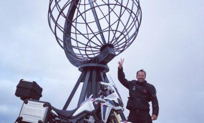 Ο ηθοποιός Γιώργος Πυρπασόπουλος με Honda Africa Twin στο Nordkapp-το Βορειότερο Ακρωτήρι της Ευρώπης Ο Έλληνας ηθοποιός Γιώργος Πυρπασόπουλος, προσκεκλημένος της εταιρείας Αδελφοί Σαρακάκη Α.Ε.Β.Μ.Ε., Επίσημος Εισαγωγέας-Διανομέας της Honda στην Ελλάδα, συμμετείχε στην πρώτη αποστολή Adventure Road που διοργάνωσε η Honda Motors Europe. Μία συναρπαστική διαδρομή 3,570χλμ από το Όσλο της Νορβηγίας μέχρι το Βόρειο Ακρωτήρι – το βορειότερο σημείο της Ευρώπης οδηγώντας Honda CRF1000L Africa Twin. Το Nordkapp, το βορειότερο ακρωτήρι της Ευρώπης αποτελεί έναν από τους πιο δημοφιλείς προορισμούς στον κόσμο των φίλων της μοτοσυκλέτας καθώς χιλιάδες το επισκέπτονται κάθε χρόνο από κάθε σημείο του κόσμου. Στην 1η αποστολή Adventure Roads της Honda συμμετείχε μία ομάδα από 40 λάτρεις της μοτοσυκλέτας με μεγάλη επιρροή – bloggers, δημοσιογράφοι και άνθρωποι της βιομηχανίας Το ταξίδι των 3.570 χιλιομέτρων πραγματοποιήθηκε το διάστημα 26 Ιουνίου - 3 Ιουλίου. Λίγο πριν αναχωρήσει για το Όσλο Ο Γιώργος Πυρασόπουλος δήλωσε: «...Έχω ταξιδέψει πολύ στην ζωή μου αλλά όχι με μοτοσυκλέτα. Για το ταξίδι αυτό είμαι πολύ ενθουσιασμένος και για την καλύτερη προετοιμασία μου η εταιρεία Αδελφοί Σαρακάκη μου παραχώρησε μία Africa Twin για λίγες ημέρες με την οποία ταξίδεψα από τη Θεσσαλονίκη μέχρι το Γύθειο, ενώ ταυτόχρονα συμμετείχα και στο Level 1 του California Superbike School, που διοργανώθηκε στην πίστα των Μεγάρων.» Με την επιστροφή του από το Όσλο ο Γιώργος Πυρπασόπουλος μεταφέρει μερικές από τις εμπειρίες του: «Το άψογα οργανωμένο ταξίδι που ετοίμασε η Honda για τις σαράντα Africa Twin, με τους ετερόκλητους αναβάτες ήταν μία ξεχωριστή εμπειρία. Η εμπειρία μου με την Africa Twin ήταν μοναδική καθώς πιστεύω ότι είναι μία από τις πιο ασφαλείς και φιλικές μοτοσυκλέτες, με εξαιρετική προστασία από τον αέρα, πολύ γκάζι-για τα δικά μου δεδομένα- και πολύ ξεκούραστη ακόμη και μετά από πολλές ώρες οδήγησης. Απ' όλο το ταξίδι είναι δύσκολο να ξεχωρίσω ένα πράγμα, ωστόσο μένει μία χαρακτηριστική 