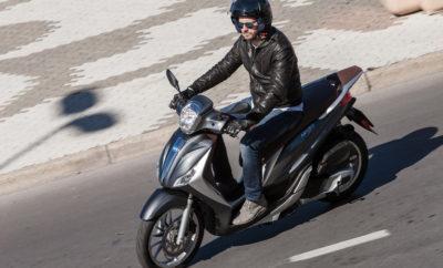 Η Piaggio Hellas, αναγνωρίζοντας τον ρόλο της δια βίου εκπαίδευσης υψηλού επιπέδου στη βελτίωση της ασφάλειας των οδηγών, διοργανώνει Ημερίδες Εκπαίδευσης μετά το δίπλωμα στην ασφαλή οδήγηση, αποκλειστικά για κατόχους σκούτερ των εμπορικών σημάτων του Ομίλου Piaggio. Η συγκεκριμένη πρωτοβουλία έχει στόχο τη μετάδοση εξειδικευμένης γνώσης σχετικά με τον χειρισμό καθημερινών, προβληματικών ή και οριακών καταστάσεων και να δώσει έτσι την ευκαιρία στους οδηγούς σκούτερ να οδηγούν με μεγαλύτερη αυτοπεποίθηση και ασφάλεια για τους ίδιους αλλά και για τους γύρω τους. Κατά τη διάρκεια των μαθήματων, οι συμμετέχοντες θα έχουν τη δυνατότητα να προσεγγίσουν νέες τεχνικές ώστε να βελτιώσουν την οδηγική τους ικανότητα και να αυξήσουν το επίπεδο ασφάλειας. Τα μαθήματα στηρίζονται σε πλήρεις και ενδιαφέρουσες θεωρητικές και πρακτικές ενότητες, δίνοντας την ευκαιρία στους συμμετέχοντες να κάνουν άμεσα τη θεωρία πράξη. Οι ημερίδες θα διεξαχθούν στην πίστα καρτ του Αγίου Κοσμά (Αθήνα), από εξειδικευμένους εκπαιδευτές. Δικαίωμα συμμετοχής, με συμβολική συμμετοχή 10€, έχουν όσοι πληρούν ένα από τα παρακάτω κριτήρια: - Αγορά οποιουδήποτε μοντέλου Piaggio MP3 - Αγορά σκούτερ Piaggio, Vespa, Gilera, Derbi, Aprilia, Scarabeo από νέο οδηγό (η άδεια οδήγησης να έχει εκδοθεί μέσα στο 2017). Ο αριθμός των συμμετοχών είναι περιορισμένος και θα τηρηθεί σειρά προτεραιότητας. Για περισσότερες πληροφορίες μπορείτε να απευθυνθείτε σε ένα σημείο πώλησης του δικτύου της Piaggio Hellas.