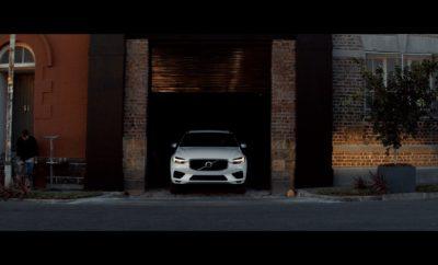 Η Volvo Cars συμπράττει με την τρεις φορές βραβευμένη με Πούλιτζερ φωτογράφο και καλλιτέχνη Μπάρμπαρα Ντέιβιντσον (Barbara Davidson) για μια παγκόσμια πρωτιά - τη δημιουργία μιας ειδικής συλλογής φωτογραφιών η λήψη των οποίων έγινε με τις κάμερες ασφαλείας που ενσωματώνει το XC60. Είναι η πρώτη φορά που ένας φωτογράφος χρησιμοποιεί ένα αυτοκίνητο ως κάμερα. Η συλλογή της Ντέιβιντσον με περίπου 30 φωτογραφίες, τραβηγμένες από τους φακούς που έχουν οι κάμερες ασφαλείας του XC60, καταγράφει τη ζωή στους δρόμους της Κοπεγχάγης, πρωτεύουσας της Δανίας, από μια εντελώς νέα προοπτική. Οι φωτογραφίες της Ντέιβιντσον παρουσιάστηκαν αρχικά στην γκαλερί Canvas Studios στο Σόρντιτς του Λονδίνου, ενώ η έκθεση θα ταξιδέψει και σε άλλες χώρες στη διάρκεια του 2017. «Η συλλογή λειτουργεί με δύο τρόπους. Πρώτον, είναι ένα στιγμιότυπο της ζωής μιας ευρωπαϊκής πόλης σε όλη της τη μεγαλοπρέπεια, και, δεύτερον, σηματοδοτεί τα σύνθετα περιβάλλοντα στα οποία ζούμε. Αν αυτοκίνητα σαν το Volvo XC60 κάνουν τη σύγχρονη ζωή στις πόλεις ασφαλέστερη για τους πεζούς και τους άλλους χρήστες του δρόμου, αυτό οφείλεται στις κάμερες και σε άλλους αισθητήρες με τους οποίους εξοπλίζονται», δήλωσε η Ντέιβιντσον. «Με τη συγκεκριμένη δουλειά συνδέουμε την τέχνη με την ασφάλεια, προκειμένου οι άνθρωποι να δουν τα οφέλη αυτής της τεχνολογίας». Η Ντέιβιντσον, πολυβραβευμένη με Πούλιτζερ, κάτοχος ενός βραβείου Emmy και πρώην στέλεχος στην εφημερίδα Los Angeles Times, επέλεξε να δουλέψει μαζί με τη Volvo Cars, ορμώμενη από την προσωπική της ιστορία με τη μάρκα. «Έχω μια πολύ προσωπική σύνδεση με τη Volvo. Όταν ήμουν έφηβη, είχα ένα σοβαρό τροχαίο ατύχημα στο οποίο το αυτοκίνητο ανατράπηκε, κάτι που υπό κανονικές συνθήκες θα είχε πιθανότατα αποβεί μοιραίο. Μου είπαν αργότερα ότι είχα καταφέρει να επιβιώσω χάρη στο αυτοκίνητο με το οποίο ταξίδευα – ένα Volvo», αφηγήθηκε η Μπάρμπαρα Ντέιβιντσον. Πάνω από 1,2 εκατομμύρια άνθρωποι χάνουν κάθε χρόνο τη ζωή τους σε τροχαία ατυχήματα ανά τον κόσμο. Η προσέγγιση της Vo
