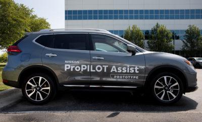 """H τεχνολογία Nissan ProPILOT Assist ™ στους δρόμους των Η.Π.Α. Για πρώτη φορά σε δημόσιους δρόμους στις Η.Π.Α., η Nissan έδωσε τη δυνατότητα σε ανθρώπους του Τύπου να καθίσουν πίσω από το τιμόνι ενός οχήματος με την τεχνολογία ProPILOT Assist, η οποία θα είναι εμπορικά διαθέσιμη αργότερα μέσα στο έτος. Το ProPILOT Assist μειώνει τον φόρτο της οδήγησης σε συνθήκες βεβαρυμμένης κυκλοφορίας, βοηθώντας στον έλεγχο της επιτάχυνσης, της πέδησης και του συστήματος διεύθυνσης, κατά τη διάρκεια της οδήγησης σε μια λωρίδα κυκλοφορίας. Το σύστημα ProPILOT Assist που αποκαλύφθηκε στο Τεχνικό Κέντρο της Nissan North America (NTCNA) στο Μίτσιγκαν, είναι συντονισμένο ειδικά για τους δρόμους και τους οδηγούς των Η.Π.Α., ξεπερνώντας τα 50.000 μίλια έρευνας και ανάπτυξης στους δρόμους των Ηνωμένων Πολιτειών. Το ProPILOT Assist συνδυάζει την υποστήριξη του οδηγού στο τιμόνι με το Έξυπνο Σύστημα Αυτόματου Ελέγχου Ταχύτητας (Intelligent Cruise Control), για χρήση τόσο σε βαριές όσο και σε συνήθεις κυκλοφοριακές καταστάσεις. Είναι ένα σύστημα υποστήριξης του οδηγού τύπου """"hands-on"""", παρά μια λειτουργία """"αυτόματης"""" οδήγησης. Η Nissan σχεδιάζει να επεκτείνει αυτή την τεχνολογία σε περισσότερα μοντέλα της στην Ευρώπη, την Ιαπωνία, την Κίνα και τις Ηνωμένες Πολιτείες Πώς λειτουργεί το ProPILOT Assist Μελετημένο ειδικά για τους δρόμους των Η.Π.Α., το ProPILOT Assist έχει σχεδιαστεί για να είναι πιο διαισθητικό και φιλικό προς το χρήστη, σε σύγκριση με άλλες τεχνολογίες υποστήριξης οδηγού. Μπορεί να συμβάλλει στο να μειωθεί η κόπωση του οδηγού και να δημιουργηθεί μια ολοκληρωμένη οδηγική εμπειρία, ειδικά για τους οδηγούς που βιώνουν καθημερινά συνθήκες κυκλοφοριακής συμφόρησης. Το ProPILOT Assist χρησιμοποιεί κάμερα και ραντάρ που """"βλέπουν"""" προς τα εμπρός, όπως και αισθητήρες με μια ηλεκτρονική μονάδα ελέγχου, που βοηθούν τον οδηγό να παραμείνει στο κέντρο της λωρίδας κυκλοφορίας του, διατηρώντας παράλληλα την ταχύτητα του οχήματος (που ο ίδιος καθορίζει). Παράλληλα, το σύστημα υποστηρίζει τον"""