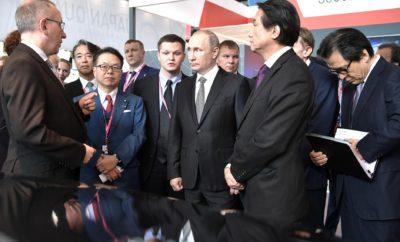 """To αναπτυξιακό πλάνο της Nissan για το εργοστάσιο της Αγίας Πετρούπολης στη Ρωσία. Με την έναρξη και δεύτερης βάρδιας στο εργοστάσιο παραγωγής της στην Αγία Πετρούπολη της Ρωσίας, η Nissan ανταποκρίνεται άμεσα στις θετικές προοπτικές ανάπτυξης της αγοράς αυτοκινήτων της χώρας. Για το σχέδιο πρόσληψης 450 νέων υπαλλήλων και την προβλεπόμενη βελτίωση της Ρωσικής αγοράς εντός του τρέχοντος έτους, είχε την ευκαιρία να ενημερωθεί πρόσφατα ο Βλαντίμιρ Βλαντίμιροβιτς Πούτιν, Πρόεδρος της Ρωσικής Ομοσπονδίας, στη Διεθνή Βιομηχανική Έκθεση INNOPROM. Τον Ρώσο Πρόεδρο υποδέχθηκαν στο περίπτερο της Nissan οι κ.κ Hitoshi Kawaguchi, Ανώτερος Αντιπρόεδρος της Nissan , Paul Willcox, Πρόεδρος της Nissan Europe και James Wright, Αντιπρόεδρος της Nissan Europe East. Η προβλεπόμενη βελτίωση της Ρωσικής Αγοράς φέτος, θα έχει ως αποτέλεσμα την προσθήκη δεύτερης βάρδιας στην Αγία Πετρούπολη από τον Οκτώβριο, παρέχοντας ευκαιρίες για νέες προσλήψεις αλλά και για προβιβάσεις σε υφιστάμενους υπαλλήλους του εργοστασίου. Η Ρωσική αγορά αυτοκινήτων εμφανίζει μια θετική τάση από τον περασμένο Μάρτιο. Συγκεκριμένα ο συνολικός ρυθμός αύξησης της αγοράς ήταν 9,4% τον Μάρτιο, 6,9% τον Απρίλιο, 14,7% τον Μάιο και 15% τον Ιούνιο. Οι πωλήσεις της Nissan στη Ρωσία ακολούθησαν την τάση αυτή, με αύξηση τους μήνες του Απριλίου, Μαΐου και Ιουνίου κατά 11%, 7% και 15% αντίστοιχα. Πέρυσι το εργοστάσιο της Nissan στην Αγία Πετρούπολη γιόρτασε τη δέκατη επέτειο λειτουργίας του, με την παραγωγή να ξεπερνά τα 250.000 οχήματα. Το 2016, περισσότερα από 36 χιλιάδες αυτοκίνητα εξήλθαν από τη γραμμή παραγωγής του εργοστασίου, σημειώνοντας αύξηση κατά 8% σε σχέση με το 2015. Το εργοστάσιο λειτουργεί σε πλήρη συμμόρφωση με το σύστημα APW (Alliance Production Way ), όπου αξίζει να σημειωθεί ότι το 2012 και το 2014 έλαβε τον τίτλο του """"Καλύτερου Εργοστασίου σε ποιότητα προϊόντων"""", μεταξύ όλων των εργοστασίων της Nissan ανά την Υφήλιο. Στη διεθνή βιομηχανική έκθεση INNOPROM (10-13 Ιουλίου ) στο Yekateringburg, η Nissan παρ"""