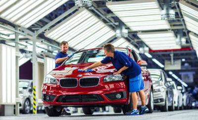 Το BMW Group επενδύει επιπλέον 200 εκατομμύρια Ευρώ στο μέλλον του εργοστασίου του στη Λειψία, στην ανατολική Γερμανία. Οι εργασίες θα ξεκινήσουν στις αρχές του 2018 και περιλαμβάνουν επέκταση του βαφείου και μετατροπές στα τμήματα κατασκευής αμαξωμάτων και συναρμολόγησης. Με την ολοκλήρωση των εργασιών το 2020, οι εγκαταστάσεις θα μπορούν να χρησιμοποιηθούν άμεσα. Αυτή η κίνηση εξασφαλίζει ότι το Εργοστάσιο της Λειψίας θα είναι έτοιμο για την παραγωγή των μελλοντικών γενιών μοντέλων BMW. «Είμαστε ικανοποιημένοι από τη συνεχιζόμενη υψηλή ζήτηση για τα οχήματα BMW που παράγονται εδώ στη Λειψία. Η περαιτέρω εξέλιξη του εργοστασίου είναι ένα σημαντικό βήμα και σημαίνει ότι διαθέτουμε τις απαραίτητες ανταγωνιστικές δομές για να συνεχίσουμε την παραγωγή οχημάτων εδώ και στο μέλλον», σχολίασε ο Διευθυντής του Εργοστασίου Hans-Peter Kemser. Πέρα από την αυξημένη ευελιξία παραγωγής, η αναβάθμιση του εργοστασίου της Λειψίας θέτει επίσης τις βάσεις για μία πιθανή μελλοντική αύξηση του όγκου. Στο επίκεντρο των εργασιών βρίσκεται η επέκταση του βαφείου σε συνδυασμό με την ενσωμάτωση των πιο σύγχρονων τεχνολογιών βαφής, που θα εγκαινιάσουν νέα πρότυπα απόδοσης και βιωσιμότητας.
