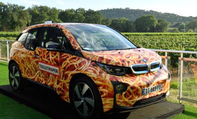 """Με την ευκαιρία του Τέταρτου Ετήσιου Gala του Leonardo DiCaprio Foundation (LDF) που πραγματοποιήθηκε στο Saint-Tropez, η BMW Γαλλίας προσέφερε ένα BMW i3, σχεδιασμένο από τους Maurizio Cattelan και Pierpaolo Ferrari της TOILETPAPER, ως δωρεά για την ετήσια φιλανθρωπική δημοπρασία. Μετά από έντονη πλειοδοσία, το μοναδικό έργο τέχνης και πλήρως λειτουργικό ηλεκτρικό όχημα πέρασε στα χέρια ενός Ελβετού συλλέκτη αντί του ποσού των €100.000. Το gala διοργανώθηκε από τον Ιδρυτή και Πρόεδρο του LDF, Leonardo DiCaprio, τον CEO του Ιδρύματος Terry Tamminen και τον Πρόεδρο του Global Fundraising Milutin Gatsby, προς τιμήν της Δημάρχου του Παρισιού, Anne Hidalgo. Την εκδήλωση τίμησαν με την παρουσία τους ο Πρίγκιπας Αλβέρτος II του Μονακό, και οι Cate Blanchett, Marion Cotillard, Philippe Cousteau, Penélope Cruz, Tom Hanks, Kate Hudson, Doutzen Kroes, Jared Leto, Tobey Maguire, Edward Norton, Emma Stone, Uma Thurman και Kate Winslet. Μεταξύ των εκλεκτών προσκεκλημένων ήταν οι Adrien Brody, Sean Penn, Taylor Hill, Iman Hamman και Gerard Butler. Το κοινό απόλαυσε τον Lenny Kravitz σε μία ξεχωριστή performance, ενώ το παρών έδωσε και η Madonna με μία εμφάνιση -έκπληξη. Ο Vincent Salimon, CEO του BMW Group Γαλλίας δήλωσε χαρούμενος: «Οι δεσμεύσεις μας στη βιώσιμη εξέλιξη και την υποστήριξη της σύγχρονης δημιουργίας καταφέρνουν να συγκεντρώνουν χρήματα για το Ίδρυμα Leonardo DiCaprio. Το BMW i3 """"Spaghetti Car"""" δημιουργήθηκε από τους Maurizio Cattelan και Pierpaolo Ferrari με πρωτοβουλία της BMW Γαλλίας και του Rencontres d'Arles, με το οποίο η BMW συνεργάζεται επί 8 χρόνια. Η δωρεά αυτού του μοναδικού έργου για το ετήσιο φιλανθρωπικό gala του Ιδρύματος στο Saint-Tropez αντανακλά για μία ακόμα φορά την κουλτούρα της εταιρείας: τόλμη, καινοτομία, απόλυτη δημιουργική ελευθερία, ευθύνη και βιωσιμότητα». Ο δημοπράτης Simon de Pury, μαζί με την έφορο Lisa Schiff της SFA Advisory επέβλεψαν την πώληση δεκάδων αυθεντικών έργων παγκοσμίως διάσημων καλλιτεχνών όπως οι Jeff Koons, Tracey Emin"""