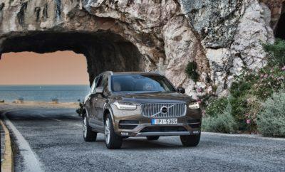 • Το Volvo XC90 στην πρώτη θέση των πωλήσεων στα μεγάλα SUV στην Ελλάδα • Ταξινόμηση 98 Volvo XC90 στην ελληνική αγορά το πρώτο εξάμηνο του έτους • Ο αριθμός αυτός αντιπροσωπεύει μερίδιο 41,5% για το XC90 στην κατηγορία του • Δύο νέες τεχνολογίες άνεσης και ασφάλειας που παρουσιάστηκαν στο νέο XC60 πλέον διαθέσιμες και στο XC90 Το Volvo XC90 συνεχίζει μία εντυπωσιακή πορεία κυριαρχίας ανάμεσα στα μεγάλα SUV, στην ελληνική αγορά. Μία πορεία κορυφαίων πωλήσεων που ξεκίνησε από το λανσάρισμά του και συνεχίζεται με αμείωτο ρυθμό και το 2017. Το πρώτο εξάμηνο της χρονιάς που διανύουμε το XC90 κατέγραψε 98 ταξινομήσεις, που του χαρίζουν μερίδιο 41,5% στην κατηγορία του – τέσσερα στα δέκα μεγάλα SUV που πωλήθηκαν στην Ελλάδα από την αρχή του έτους είναι XC90! Αξίζει να τονιστεί ότι το μερίδιο αυτό είναι υπερδιπλάσιο του μοντέλου που ακολουθεί στη δεύτερη θέση! Η κατηγορία των μεγάλων SUV είναι πολύ ιδιαίτερη, με τον ανταγωνισμό να είναι έντονος. Κορυφαίοι κατασκευαστές παρουσιάζουν πολυτελή μοντέλα με ότι πιο προηγμένο διαθέτουν τεχνολογικά καθώς οι υποψήφιοι αγοραστές είναι πολύ απαιτητικοί και δαπανούν ένα αρκετά σεβαστό ποσό για την αγορά αυτοκινήτου. Το XC90 ήδη από τις πρώτες εβδομάδες που λανσαρίστηκε βρέθηκε στην κορυφή των πωλήσεων. Το 2015, με λιγότερους από έξι μήνες παρουσίας στην ελληνική αγορά, αφού το αυτοκίνητο είχε λανσαριστεί μέσα στο καλοκαίρι, κατέκτησε την πρώτη θέση σημειώνοντας μερίδιο αγοράς διπλάσιο του δεύτερου μοντέλου. Αντίστοιχη ήταν η επιτυχία και το 2016, πρώτη πλήρης χρονιά παρουσίας του XC90 στην ελληνική αγορά. Οι συνολικά 201 ταξινομήσεις του νέου XC90 στην Ελλάδα το 2016, αντιστοίχησαν σε ποσοστό 48,3% στην κατηγορία του, ή το ακόμα πιο εντυπωσιακό 51,4%, όσον αφορά στο premium τμήμα της κατηγορίας, με μοντέλα γερμανικής ως επί το πλείστον προέλευσης! Σε κάθε περίπτωση, ούτε λίγο ούτε πολύ, ένα στα δύο μεγάλα SUV που ταξινομήθηκαν στην Ελλάδα τη χρονιά που πέρασε, ήταν Volvo XC90! To XC90 ήταν το πρώτο αυτοκίνητο της ανανεωμένης Σειράς 90