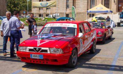 """Με απόλυτη επιτυχία ολοκληρώθηκε το """"2o Κλασικό Ράλλυ Ρόδου"""" την περασμένη Κυριακή 25 Ιουνίου που διοργάνωσε ο Σύλλογος ΙΣτορικού και Παλαιού Αυτοκινήτου (Σ.ΙΣ.Π.Α) υπό την αιγίδα της Ελληνικής Ομοσπονδίας Οχημάτων Εποχής (Ε.Ο.Ο.Ε) και την υποστήριξη των Δήμου Ρόδου, Περιφέρειας Νοτίου Αιγαίου και Δημοτικού Οργανισμού Πολιτισμού και Αθλητισμού Ρόδου (Δ.Ο.Π.Α.Ρ). Οι λάτρεις των κλασικών οχημάτων, είχαν την ευκαιρία να θαυμάσουν τα συλλεκτικά οχήματα-αντίκες σε ένα αγώνα διαφορετικό από τα συνηθισμένα καθώς πραγματοποιήθηκε η αναβίωση της regularity διαδρομής που έγινε για πρώτη φορά στις 30 Ιουνίου 1996. Τα πληρώματα εκκίνησαν στις 11:00 π.μ. μπροστά από την πλατεία Δημαρχείου της Ρόδου προς Καλαβάρδα, Μονόλιθο, Απολακιά, Καταβία, Λίνδο, Μασσάρη, Μαλώνα, Αφάντου, Φαληράκι και αφού ολοκλήρωσαν το γύρο του νησιού τερμάτισαν στο ίδιο σημείο στις 18:00 μ.μ. Στο Ράλλυ συμμετείχαν οδηγοί από την Αθήνα, την Κρήτη, την Χαλκίδα, την Σαλαμίνα, την Εύβοια και την Κώ, κερδίζοντας τις εντυπώσεις με τα υπέροχα τετράτροχα και δίτροχα μοντέλα τους. Για την ιστορία, την πρώτη θέση της γενικής κατάταξης του 2ου Κλασικού Ράλλυ Ρόδου κέρδισε ο Δημήτρης Νικολέττος με συνοδηγό τον Γεώργιο Καμπίλαφκο με Alfa Lancia 75, τη δεύτερη θέση κατέλαβε το πλήρωμα Ιωάννου Πολίτη-Σταυρούλας Αθανάτου με Mercedes Benz 280SL και την τρίτη θέση ο Ιωάννης Κοντοστάθης με συνοδηγό την Σοφία Μπαλίκου με Opel Ascona. Στην κατηγορία Moto την 1η Θέση κατέλαβε ο Μενέγος Μενέλαος με συνεπιβάτη τον Μενέλαο Βουρδά με BMW R60 και στην κατηγορία """"Youngtimer"""" πρώτος ήρθε ο Γεώργιος Χατζηκαλημέρης-Μιχαήλ Μαστρογιάννης με Alfa Romeo Spider. Κατά την τελετή λήξης, πραγματοποιήθηκε η απονομή των βραβείων στους νικητές, η απονομή των αναμνηστικών στους συμμετέχοντες και τιμήθηκαν όλοι εκείνοι που έβαλαν το λιθαράκι τους για την διεξαγωγή του αγώνα, ενώ σε όλους τους υποστηρικτές δόθηκαν αναμνηστικές πλακέτες. Ευχαριστούμε θερμά όλους τους υποστηρικτές που μας βοήθησαν να υλοποιήσουμε το """"2o Κλασικό Ράλλυ Ρόδου"""" ανανεώνοντα"""