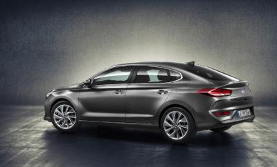 "το Νέο i30 Fastback της Hyundai • Η Hyundai Motor παρουσιάζει το επόμενο μέλος της γκάμας του i30 : το i30 Fastback • Διαθέσιμο σε ολόκληρη την Ευρώπη μέχρι τις αρχές του 2018, το i30 Fastback θα φέρει τη νέα μάσκα Cascading της Hyundai, μια πιο χαμηλή, κομψή κεκλιμένη γραμμή οροφής που καταλήγει σε ένα αψιδωτό spoiler ενσωματωμένο στο αμάξωμα και μια έντονη κολώνα C • Το i30 Fastback αποπνέει προηγμένη σχεδίαση, προσφέροντας premium χαρακτηριστικά για όλους Μετά την έλευση στην Ελλάδα του Νέου Hyundai i30 και την επικείμενη προσθήκη του i30 Tourer αρχές φθινοπώρου, η Hyundai Motor παρουσίασε το ολοκαίνουργιο i30 Fastback - την τελευταία προσθήκη στην γκάμα i30, διαθέσιμη στις αρχές του επόμενου έτους. Ο νέος τύπος αμαξώματος αντικατοπτρίζει τη σχεδιαστική φιλοσοφία της Hyundai, δίνοντάς της μια εκλεπτυσμένη γραμμή με κομψό χαρακτήρα. ""Η γκάμα του i30 αποτελεί τον πυρήνα της μάρκας Hyundai στην Ευρώπη"", δήλωσε ο κ. Thomas A. Schmid, Chief Operating Officer της Hyundai Motor Europe. ""Το i30 Fastback είναι το νεότερο μοντέλο στη γκάμα του i30, φέρνοντας μια μοναδική νέα προσέγγιση σε αυτή τη δημοφιλή κατηγορία. Ο εκλεπτυσμένος σχεδιασμός αυτού του μοντέλου ενσωματώνει την ουσία της φιλοσοφίας μας, προσφέροντας premium χαρακτηριστικά για όλους. Το i30 Fastback είναι το πρώτο μας μοντέλο που εισέρχεται στην κατηγορία compact coupe, υπογραμμίζοντας τη δέσμευσή μας στην καινοτομία και την πολλαπλότητα επιλογών των πελατών μας. "" Εκλεπτυσμένη σιλουέτα και χαρισματικές διαστάσεις Το i30 Fastback χαρακτηρίζεται από την ισχυρή του εμφάνιση και τις σπορ επιμήκεις γραμμές. Η μείωση του ύψους της μάσκας Cascading στο εμπρός μέρος, την καθιστά ευρύτερη και σαφέστερη, δίνοντας έμφαση στο καπό. Μια χαμηλότερη οριζόντια εισαγωγή αέρα κάτω από τη μάσκα δίνει στο i30 Fastback μια χαρισματική εμπρός σχεδίαση. Οι ισχυρές γωνίες και το γωνιακό κάτω εμπρός σπόιλερ δημιουργούν μια μυώδη και επιβλητική εμφάνιση. Τα LED φώτα ημέρας και οι προβολείς με τη premium σκούρα πρόσοψη στρογγυλεύουν "
