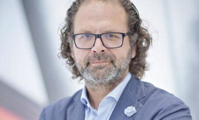 """Ο Oliver Stefani γίνεται ο νέος Επικεφαλής Σχεδίασης της ŠKODA» • Από 1ης Σεπτεμβρίου 2017, ο Oliver Stefani αναλαμβάνει υπεύθυνος σχεδίασης της ŠKODA AUTO • Ο Bernhard Maier, CEO της ŠKODA AUTO δήλωσε: """"Ο Oliver Stefani έχει μεγάλες δημιουργικές δυνατότητες. Θα μας επιτρέψει να ξεκινήσουμε το επόμενο στάδιο εξέλιξης."""" • Ο Christian Strube, Μέλος Δ.Σ. της ŠKODA AUTO υπεύθυνος Τεχνικής Εξέλιξης σχολίασε: """"Ο Oliver Stefani είναι ο πλέον κατάλληλος για τη μάρκα μας."""" Από 1ης Σεπτεμβρίου, ο Oliver Stefani γίνεται υπεύθυνος σχεδίασης στη ŠKODA AUTO. Προηγουμένως, ο 53-χρονος ήταν Επικεφαλής Εξωτερικής Σχεδίασης στη Volkswagen. Ο Stefani σπούδασε design στο Braunschweig και την Pasadena (Καλιφόρνια). Πολλά μοντέλα της Volkswagen των τελευταίων δέκα χρόνων και αρκετά πρωτότυπα φέρουν την υπογραφή του. Στην καριέρα του μέχρι σήμερα, ο Oliver Stefani έχει αποδείξει τις ικανότητες του σε περισσότερες από μία περιπτώσεις. Ο Stefani ξεκίνησε στη Volkswagen το 2002. Πολλά αυτοκίνητα παραγωγής Volkswagen της τελευταίας δεκαετίας και πολυάριθμα πρωτότυπα οχήματα φέρουν την υπογραφή του. Έπαιξε κρίσιμο ρόλο στην εξέλιξη των μοντέλων up!, Polo, Jetta, Tiguan και του σημερινού Golf, καθώς και της οικογένειας των ηλεκτρικών πρωτότυπων ID. Επιπλέον, εργάστηκε στο Design Center Europe στο Sitges (Ισπανία) για τρία χρόνια. """"Τα τελευταία χρόνια, η σχεδίαση της ŠKODA έχει εξελιχθεί τρομερά. Πρόσφατα μάλιστα μεταφέραμε τη νέα και εκφραστική σχεδιαστική γλώσσα στα SUV μοντέλα μας"""", δήλωσε ο CEO της ŠKODA AUTO, Bernhard Maier, και συνέχισε: """"Τώρα, ο Oliver Stefani θα δώσει το έναυσμα για το επόμενο στάδιο εξέλιξης. Θα σχεδιάζει τα αυτοκίνητά μας στοχεύοντας σε ακόμα μεγαλύτερη συναισθηματική απήχηση και θα τα οδηγήσει στην εποχή της ψηφιοποίησης και του εξηλεκτρισμού της παραγωγής. Ο Oliver Stefani έχει τεράστιες δημιουργικές δυνατότητες. Ανυπομονώ να συνεργαστώ μαζί του."""" Σύμφωνα με τον Christian Strube, Μέλος Δ.Σ. της ŠKODA AUTO, στον τομέα Τεχνικής Εξέλιξης, ο Stefani αντιπροσωπεύει την τέ"""