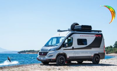 Η Fiat Professional παρουσιάζει το Ducato 4x4, μια ακόμα σημαντική προσθήκη στη μεγάλη γκάμα του Ducato που κατέχει ηγετική θέση στα οχήματα αναψυχής. Στη φετινή έκθεση τα φώτα στρέφονται και στο εκθεσιακό Talento Camper, αλλά και στο Fullback. Η σημαντικότερη εκδήλωση στον κόσμο για το τροχόσπιτο και τον κατασκηνωτικό τουρισμό, η Έκθεση Caravan Salon 2017, φιλοξενείται στη γερμανική πόλη Düsseldorf, από τις 26 Αυγούστου έως τις 3 Σεπτεμβρίου. Για μια ακόμα χρονιά, η Fiat Professional δηλώνει «παρών» σε αυτή την υψηλού κύρους έκθεση, με κύριο πρωταγωνιστή το best-seller Ducato, έναν αδιαμφησβήτητο ηγέτη στις ευρωπαϊκές αγορές, που διαθέτει την ιδανική βάση αυτοκινούμενου για τους λάτρεις της κατασκήνωσης. Στην εκδήλωση κάνει επίσημη πρεμιέρα το νέο Ducato 4x4, ενώ στο περίπτερο της Fiat Professional κάνει την πρώτη του εμφάνιση το εκθεσιακό αυτοκίνητο Ducato 4x4 Expedition 2017, βασισμένο στην τετρακίνητη έκδοση του best seller, που ανοίγει νέους ορίζοντες για πιο δραστήριες διακοπές. Όλο και περισσότεροι λάτρεις του είδους θεωρούν ότι τα οχήματα αναψυχής δεν είναι απλώς μια πρακτική λύση για τις διακοπές τους, αλλά ο τρόπος έκφρασης του προσωπικού lifestyle. Το Fiat Ducato 4x4 Expedition 2017 έχει δημιουργηθεί για τους πελάτες που έχουν ένα ιδιαίτερο lifestyle, αγαπούν την περιπέτεια, και ταυτόχρονα επιθυμούν ένα ολοκληρωμένο πακέτο προηγμένων τεχνολογικά χαρακτηριστικών. Το εκθεσιακό αυτοκίνητο Ducato 4x4 Expedition 2017 είναι ένα τετρακίνητο, παντός εδάφους όχημα που προσφέρει περισσότερες δυνατότητες σε όσους επιλέγουν ένα ταξίδι με τροχόσπιτο. Η μόνιμη τετρακίνηση διαθέτει δύο σώματα μεταφοράς και ένα κεντρικό διαφορικό συνεκτικού συμπλέκτη. Ο συγκεκριμένος μηχανισμός εξασφαλίζει τη σωστή μεταφορά της ροπής ανάμεσα στους εμπρός και πίσω τροχούς, βελτιστοποιώντας την πρόσφυση σε διάφορες συνθήκες. Η διάταξη είναι τέτοια ώστε να καταλαμβάνει όσο το δυνατόν λιγότερο χώρο για να μην υπάρχουν περιορισμοί ως προς τον μεταφερόμενο εξοπλισμό. Άλλωστε, αυτό αποτελεί και