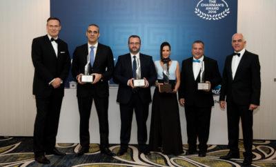 Ford: 4 Έλληνες Ανάμεσα στους Κορυφαίους της Ευρώπης • Ford Αναστασίου, Ford Γκαρτζονίκας, Ford Velmar και Ford Βροχίδης-Χατζής είναι οι Έλληνες Επίσημοι Έμποροι της Ford που βρίσκονται ανάμεσα στους κορυφαίους της Ευρώπης • Η Ford Ευρώπης τους βράβευσε για τις επιδόσεις τους σε ειδική τελετή στο πλαίσιο του Chairman's Award που πραγματοποιήθηκε στην Αθήνα • Για την αξιολόγησή τους μετρήθηκαν οι επιδόσεις τους καθ' όλη τη διάρκεια του 2016 σε διάφορους τομείς, αλλά κυρίως στην εξυπηρέτηση των πελατών Η Ford κάθε χρόνο αναγνωρίζει και επιβραβεύει τους συνεργάτες της, τόσο για τις επιδόσεις τους στις πωλήσεις οχημάτων και ανταλλακτικών, αλλά κυρίως για την εξυπηρέτηση που προσφέρουν στους πελάτες τους - η οποία μάλιστα αξιολογείται από τα σχόλια των ίδιων των πελατών. Φέτος, οι Έλληνες πελάτες της Ford από περιοχές όπως η Αττική, ο Βόλος, η Θεσσαλονίκη, τα Ιωάννινα, η Λάρισα και η Κρήτη, αναγνώρισαν τις υπηρεσίες που οι Επίσημοι Έμποροι της Ford τους προσέφεραν κατά τη διάρκεια του 2016 και τους έστειλαν στην κορυφή της Ευρώπης. Η βράβευση των κορυφαίων Ελλήνων Επίσημων Εμπόρων της Ford, στο πλαίσιο του ετήσιου θεσμού Chairman's Award, έγινε σε εκδήλωση που διοργανώθηκε από τη Ford Motor Ελλάς και τα βραβεία στους νικητές έδωσε ο Jonathan Williams, Sales Vice President της Ford Ευρώπης, παρουσία του Νίκου Νοταρά, Προέδρου & Διευθύνοντα Συμβούλου της Ford Motor Ελλάς και στελεχών της εισαγωγικής εταιρίας. «Είμαστε ενθουσιασμένοι από τις επιδόσεις σας!» δήλωσε ο Jonathan Williams, καθώς ευχαρίστησε τους Έλληνες Επίσημους Εμπόρους για τις προσπάθειές τους, «Η Ford δίνει μεγάλη σημασία, όχι μόνο στην επίτευξη των στόχων πωλήσεων, αλλά και στην ικανοποίηση των πελατών της. Μπορείτε να είστε υπερήφανοι που συγκαταλέγεστε ανάμεσα στους κορυφαίους της Ευρώπης!» «Η ικανοποίηση των πελατών μας είναι αυτό που μας κινεί!» δήλωσε ο Νίκος Νοταράς. «Η Ford παράγει κορυφαία προϊόντα που χαρίζουν χαμόγελα απλόχερα - οι Ελληνικές εταιρίες που βραβεύουμε σήμερα συμπληρώνουν το ανταγωνισ
