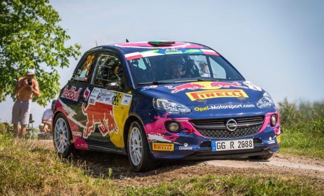 Ισχυρή παρουσία της Opel στο Γερμανικό Αγώνα του WRC 10.08.2017 Print Print Word Το ADAC Rallye Deutschland είναι από τους σημαντικότερους αγώνες της σεζόν Με Opel, η μία στις τρεις συμμετοχές στον αγώνα του WRC που διεξάγεται 17-20 Αυγ. Το ράλι προσμετρά σαν δύο αγώνες του ADAC Opel Rallye Cup, με την ελίτ του παγκόσμιου πρωταθλήματος σε εγρήγορση Το ADAC Rallye Deutschland αποτελεί το σημαντικότερο γεγονός για τους Γερμανούς λάτρεις των αγώνων ράλι, κάθε χρόνο. Ο Γερμανικός αγώνας του Πρωταθλήματος WRC της FIA έχει μεταφερθεί από το Trier στο Saarbrücken και οι θεατές, όπως και οι συμμετέχοντες, αναμένουν με ανυπομονησία τον ασφάλτινο αγώνα, που διεξάγεται από τις 17 έως τις 20 Αυγούστου. Δεκάδες χιλιάδες θεατές δημιουργούν μοναδική ατμόσφαιρα στις ειδικές διαδρομές του Γερμανικού ράλι παρακολουθώντας την αφρόκρεμα των οδηγών του Παγκόσμιου Πρωταθλήματος στο τιμόνι συναρπαστικών World Rally Cars (WRC). Όσο για τις ασφάλτινες ειδικές διαδρομές γύρω από το Saarbrücken - όπου βρίσκεται η βάση του ράλι - και το service park του Bostalsee, θεωρούνται από τις δυσκολότερες στον κόσμο. Ειδικά η θρυλική ειδική Panzerplatte των 42 χιλιομέτρων, από την οποία τα πληρώματα θα κάνουν δύο περάσματα το Σάββατο. Εδώ και χρόνια η Opel αποτελεί το 'στυλοβάτη' του ADAC Rallye Deutschland και φέτος αυτό ισχύει περισσότερο από ποτέ: 31 από τα 93 αγωνιστικά που συμμετέχουν στο Γερμανικό αγώνα του WRC – ακριβώς το ένα τρίτο δηλαδή της λίστας συμμετοχών – φέρουν το σήμα της Opel. Με έναν εντυπωσιακό αριθμό 25 πληρωμάτων, το ADAC Opel Rallye Cup έχει τη μερίδα του λέοντος από πλευράς συμμετοχών Opel. Το μεγαλύτερο ενιαίο κύπελλο ράλι της Ευρώπης έχει εξελιχθεί σε αναπόσπαστο κομμάτι των ράλι στη γηραιά ήπειρο. Τα νεανικά πληρώματα των αγωνιστικών Opel ADAM Cup με ισχύ 103 kW/140 hp, εγγυώνται συναρπαστική δράση, αφήνοντας συχνά πίσω τους αρκετά πιο ισχυρά αυτοκίνητα. Για πέμπτη χρονιά, το ADAC Rallye Deutschland προσμετρά σαν δύο αγώνες του κυπέλλου. Στον πρώτο περιλαμβάνονται οκτώ ειδικές