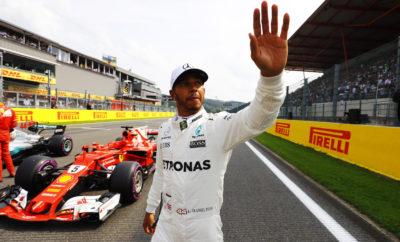 """Το Σπα είναι για τα ελαστικά μια από τις πιο απαιτητικές πίστες που επισκέπτεται η F1 κατά τη διάρκεια της χρονιάς. Ο οδηγός της Mercedes, Lewis Hamilton κέρδισε το Βελγικό Grand Prix καθώς διατηρήθηκε μπροστά από το Sebastian Vettel μετά από αγώνα σπριντ στους τελευταίους γύρους. Ο αγώνας φούντωσε μετά την εμφάνιση του αυτοκινήτου ασφαλείας στον 30στο γύρο, το οποίο έδωσε στους οδηγούς τη δυνατότητα να πραγματοποιήσουν ένα δωρεάν πιτ στοπ. Ο Hamilton, που οδηγούσε την κούρσα επέλεξε την μαλακή γόμα για το τελευταίο μέρος ενώ ο Vettel έβαλε την πάρα πολύ μαλακή: Αυτή θεωρητικά είναι πάνω από ένα δευτερόλεπτο ταχύτερη ανά γύρο. Μέχρι την εμφάνιση του αυτοκινήτου ασφαλείας αμφότεροι ακολουθούσαν στρατηγική πάρα πολύ μαλακής/μαλακής γόμας σε μια αμφίρροπη κλειστή μάχη. Ο Vettel είχε κάνει την αλλαγή του δυο γύρους μετά το Hamilton. Μια διαφορετική στρατηγική υιοθετήθηκε από τον οδηγό της Red Bull, Daniel Ricciardo, ο οποίος στην πρώτη αλλαγή πέρασε από την πάρα πολύ μαλακή στην πολύ μαλακή γόμα. Όταν εμφανίστηκε το αυτοκίνητο ασφαλείας έκανε τη δεύτερη αλλαγή από πολύ μαλακή σε πάρα πολύ μαλακή γόμα και κατάφερε ν' ανέβει στο βάθρο. Οι δυο Force India επίσης χρησιμοποίησαν στο δεύτερο μέρος του αγώνα την πολύ μαλακή γόμα. Ο Vettel σημείωσε τον ταχύτερο γύρο αγώνα, το εκπληκτικό 1.46.577, με την πάρα πολύ μαλακή γόμα: Ο χρόνος είναι 5 sec καλύτερος από τον αντίστοιχο περσινό που είχε επιτευχθεί με τη μέση γόμα. Ο καιρός στο ξεκίνημα του Σαββατοκύριακου ήταν ασταθής. Κατά τη διάρκεια των 44 γύρων του αγώνα όμως ήταν σταθερός χωρίς βροχή με τη θερμοκρασία αέρα στους 27 βαθμούς Κελσίου και τη θερμοκρασία οδοστρώματος στους 34 βαθμούς Κελσίου. MARIO ISOLA - ΕΠΙΚΕΦΑΛΗΣ ΑΓΩΝΩΝ ΑΥΤΟΚΙΝΗΤΟΥ """"Το αυτοκίνητο ασφαλείας προφανώς επηρέασε τη στρατηγική αγώνα. Τα ερωτήματα για φθορά και πτώση στην απόδοση προς το τέλος, έπαψαν να έχουν σημασία καθώς οι οδηγοί άδραξαν την ευκαιρία του μηδενισμού των διαφορών για ν' αλλάξουν ελαστικά. Παραταύτα ήταν και πάλι θέμα στρατηγικής η επιλογή γ"""