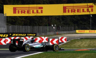 """Για τον εντός έδρας αγώνα στη Μόντσα η Pirelli επέλεξε τη μέση, τη μαλακή και την πολύ μαλακή γόμα, ακριβώς το ίδιο με πέρυσι. Αυτή η επιλογή έγινε για να πετύχουμε τη βέλτιστη ισορροπία μεταξύ απόδοσης σε μια πίστα που είναι γνωστή ως """"ναός της ταχύτητας"""" και αντοχής ούτως ώστε να μεταφέρονται τα υψηλά ενεργειακά φορτία που προκαλούνται στις μεγάλες ταχύτητες. Ειδικά με τα μονοθέσια τελευταίας γενιάς οι ταχύτητες διέλευσης από στροφές όπως η Παραμπόλικα και Λέσμο θα είναι σημαντικά υψηλότερες. Καθώς η Ιταλία βιώνει ένα από τα θερμότερα καλοκαίρια όλων των εποχών οι θερμοκρασίες κατά τη διάρκεια του Ιταλικού Grand Prix μπορεί να είναι υψηλές: Αυτό αυξάνει ακόμη περισσότερο τις απαιτήσεις από τα ελαστικά. ΟΙ ΤΡΕΙΣ ΕΠΙΛΕΓΜΕΝΕΣ ΓΟΜΕΣ Η ΠΙΣΤΑ ΥΠΟ ΤΟ ΠΡΙΣΜΑ ΤΩΝ ΕΛΑΣΤΙΚΩΝ • Η Μόντσα χαρακτηρίζεται από τις μεγάλες ευθείες: Θεωρητικά τα φετινά μονοθέσια με τη μεγαλύτερη αεροδυναμική πίεση δεν θα είναι πολύ ταχύτερα εδώ. • Στη Μόντσα κυριαρχούν τα διαμήκη φορτία που προκαλούνται από την επιτάχυνση και την επιβράδυνση και όχι τα εγκάρσια φορτία. • Επίσης υπάρχουν μεγάλα κερμπ που δοκιμάζουν τη δομή των ελαστικών στα έντονα χτυπήματα. • Αναμένουμε την ταχύτητα διέλευσης από την """"Μεγάλη Στροφή"""" να είναι εφάμιλλη της περσινής αλλά οι ταχύτητες εισόδου σε Παραμπόλικα και Λέσμο θα είναι μέχρι και 30kph μεγαλύτερες. • Οι ομάδες γενικά χρησιμοποιούν μικρές κλίσεις στις αεροτομές για να μεγιστοποιήσουν την τελική ταχύτητα. Αυτό περιπλέκει τις φάσεις της επιτάχυνσης και του φρεναρίσματος. • Πέρυσι ο νικητής ακολούθησε στρατηγική μιας αλλαγής, είδαμε όμως και στρατηγικές δυο αλλά και τριων πιτ στοπ. • Είναι μια πίστα όπου παίζει ρόλο η ισχύς, η προσοχή επικεντρώνεται κυρίως στην απόδοση της υβριδικής μηχανής. MARIO ISOLA - ΕΠΙΚΕΦΑΛΗΣ ΑΓΩΝΩΝ ΑΥΤΟΚΙΝΗΤΟΥ """"Με τη νέα γενιά μονοθεσίων του 2017 μπορεί να δούμε τελικές ταχύτητες εφάμιλλες με τις περσινές ή και χαμηλότερες. Παραταύτα διέρχεται μεγαλύτερη ενέργεια από τα ελαστικά λόγω της υψηλότερης κάθετης δύναμης που παράγουν τα μονοθέσια με """